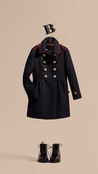 Manteau en laine et cachemire mélangés avec détails militaires