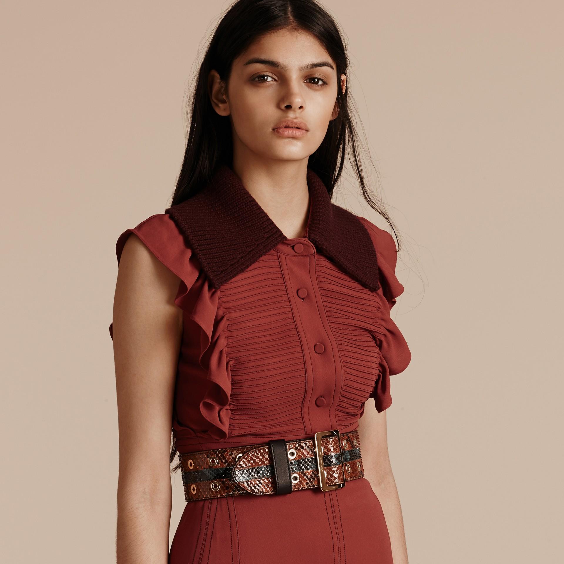 Vermelho canela Vestido camisa com pregas e babados - galeria de imagens 5