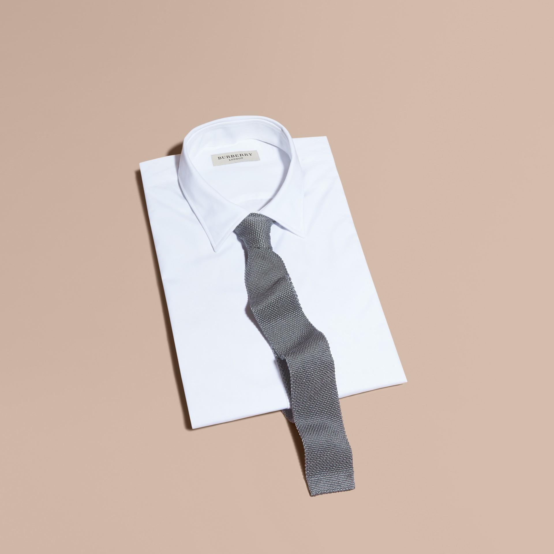 中灰色 窄版剪裁針織絲質領帶 中灰色 - 圖庫照片 1