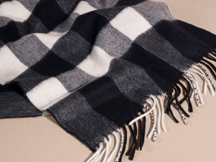 The Large Classic Cashmere Scarf in Check in Navy | Burberry - cell image 4