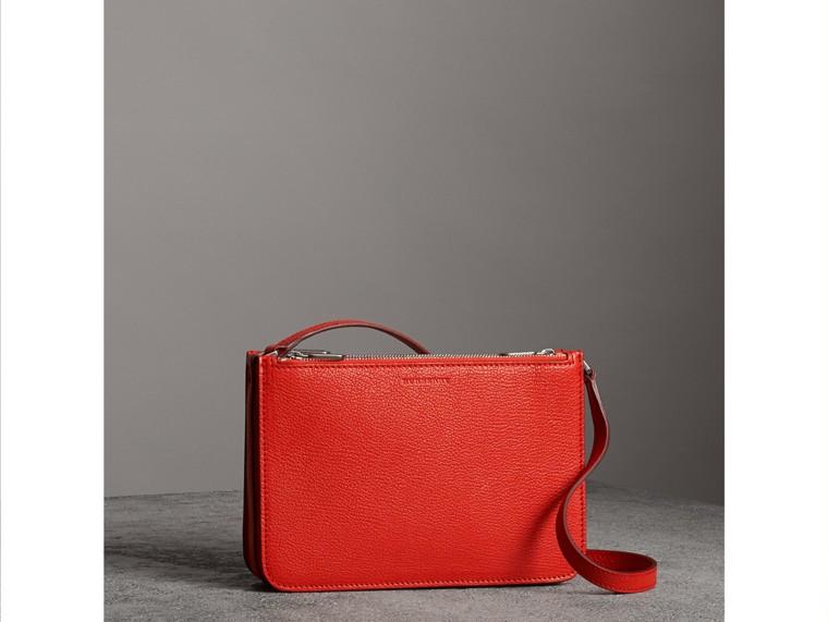 Crossbody-Tasche aus genarbtem Leder mit drei Reißverschlussfächern (Leuchtendes Rot) - Damen | Burberry - cell image 4