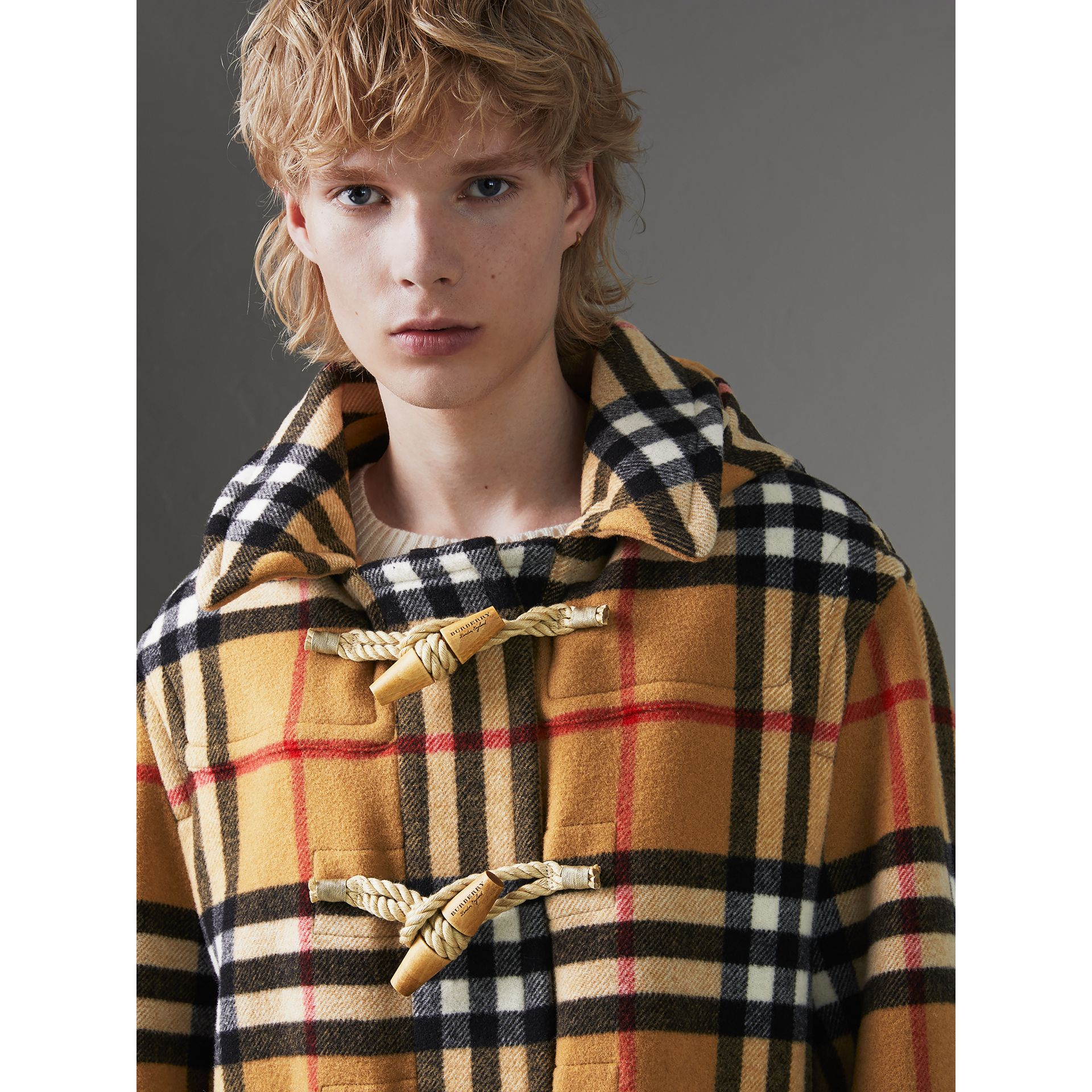 Duffle-coat oversize à motif check Gosha x Burberry (Jaune Antique) | Burberry Canada - photo de la galerie 5