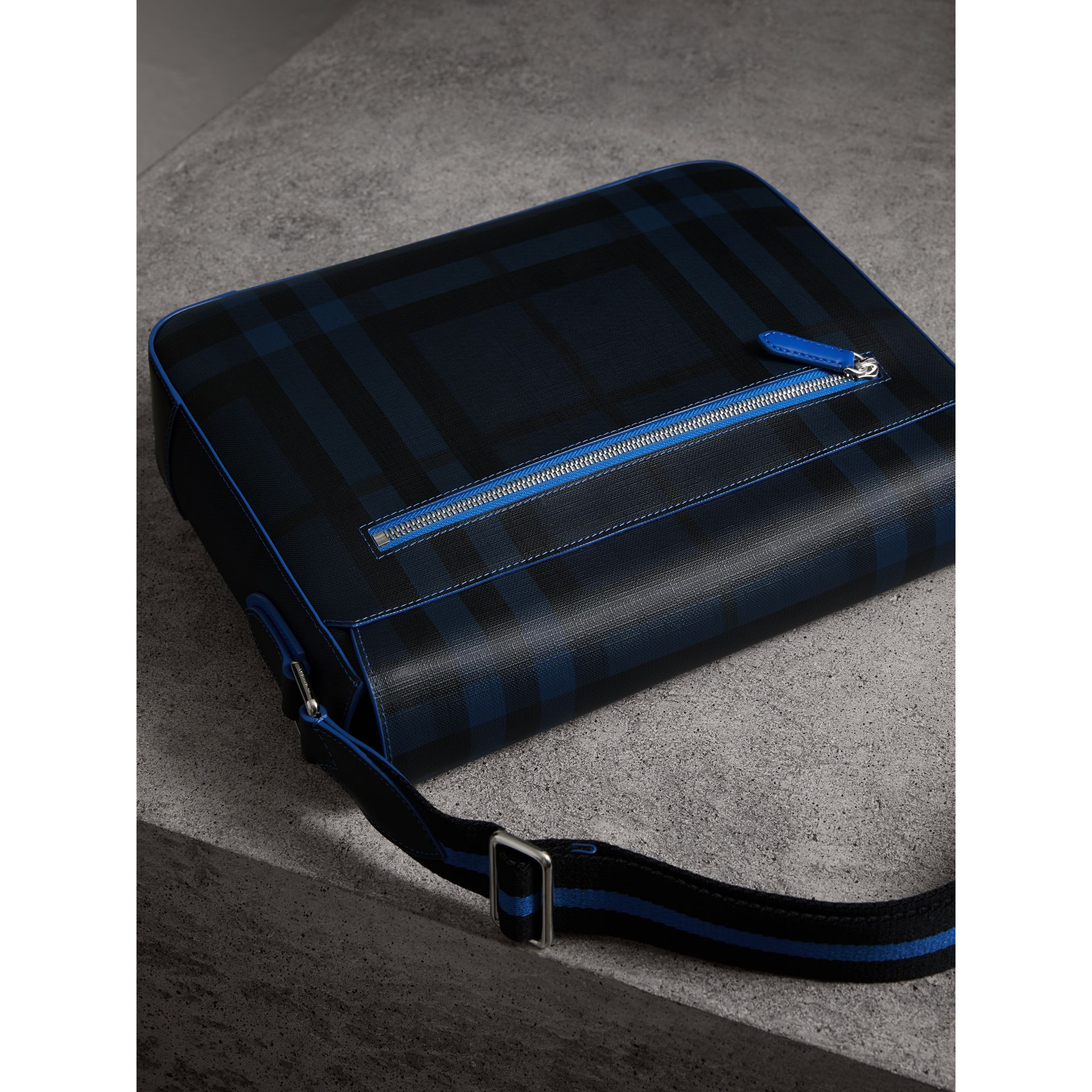 Borsa messenger media bicolore con motivo London check (Navy/blu) - Uomo | Burberry - immagine della galleria 3