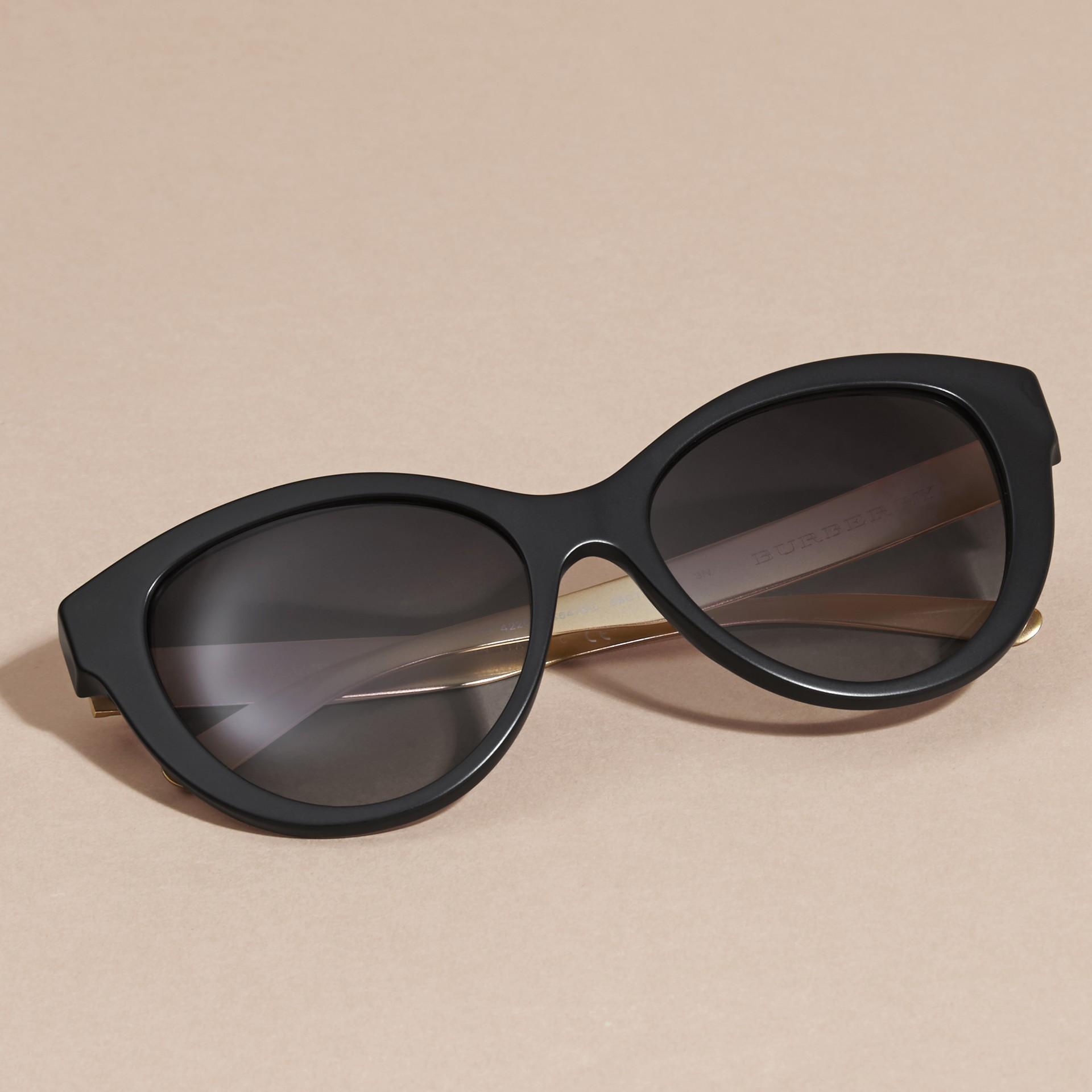 Nero Occhiali da sole con montatura cat-eye e motivo check tridimensionale Nero - immagine della galleria 3