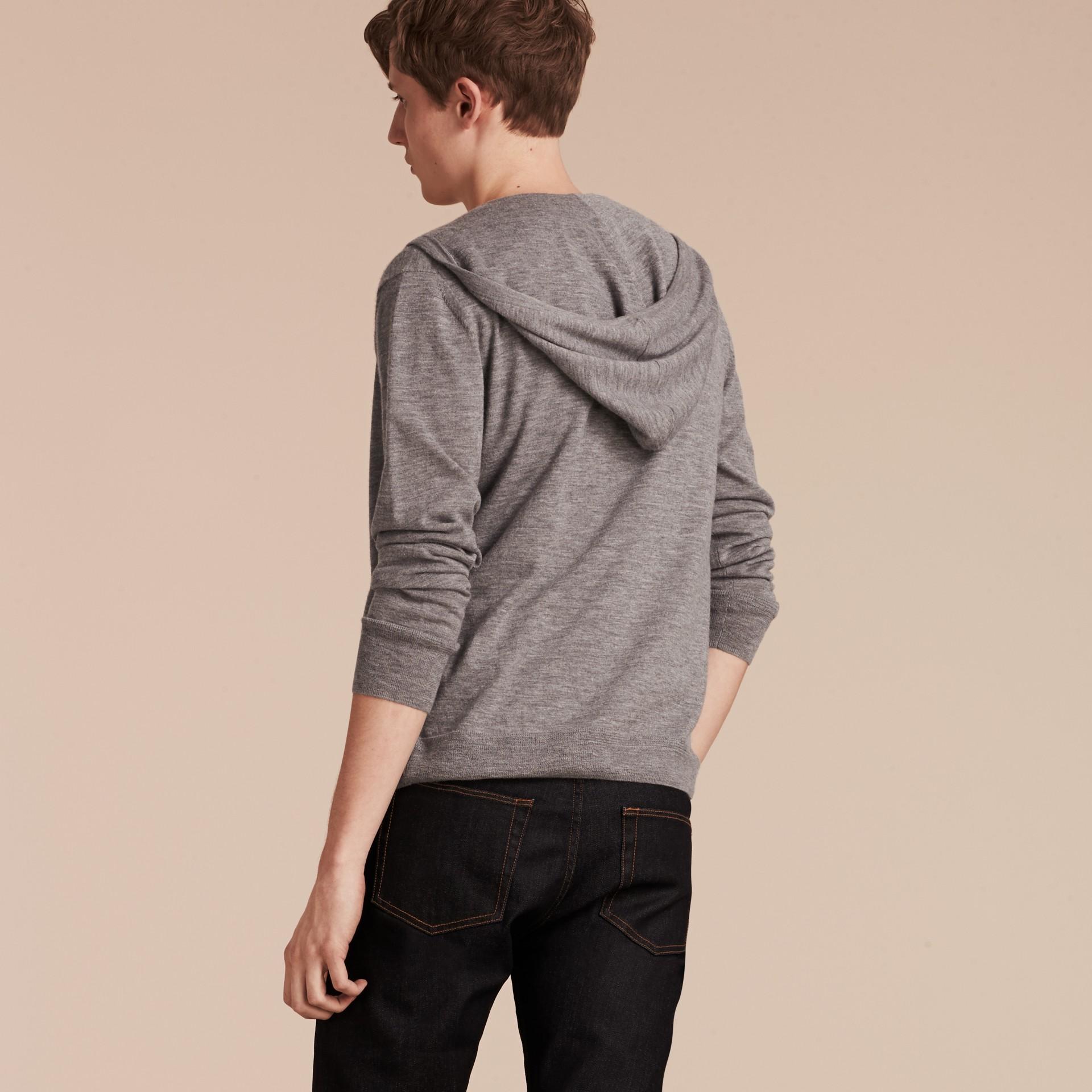 Camaïeu de gris moyens Haut à capuche en cachemire - photo de la galerie 3