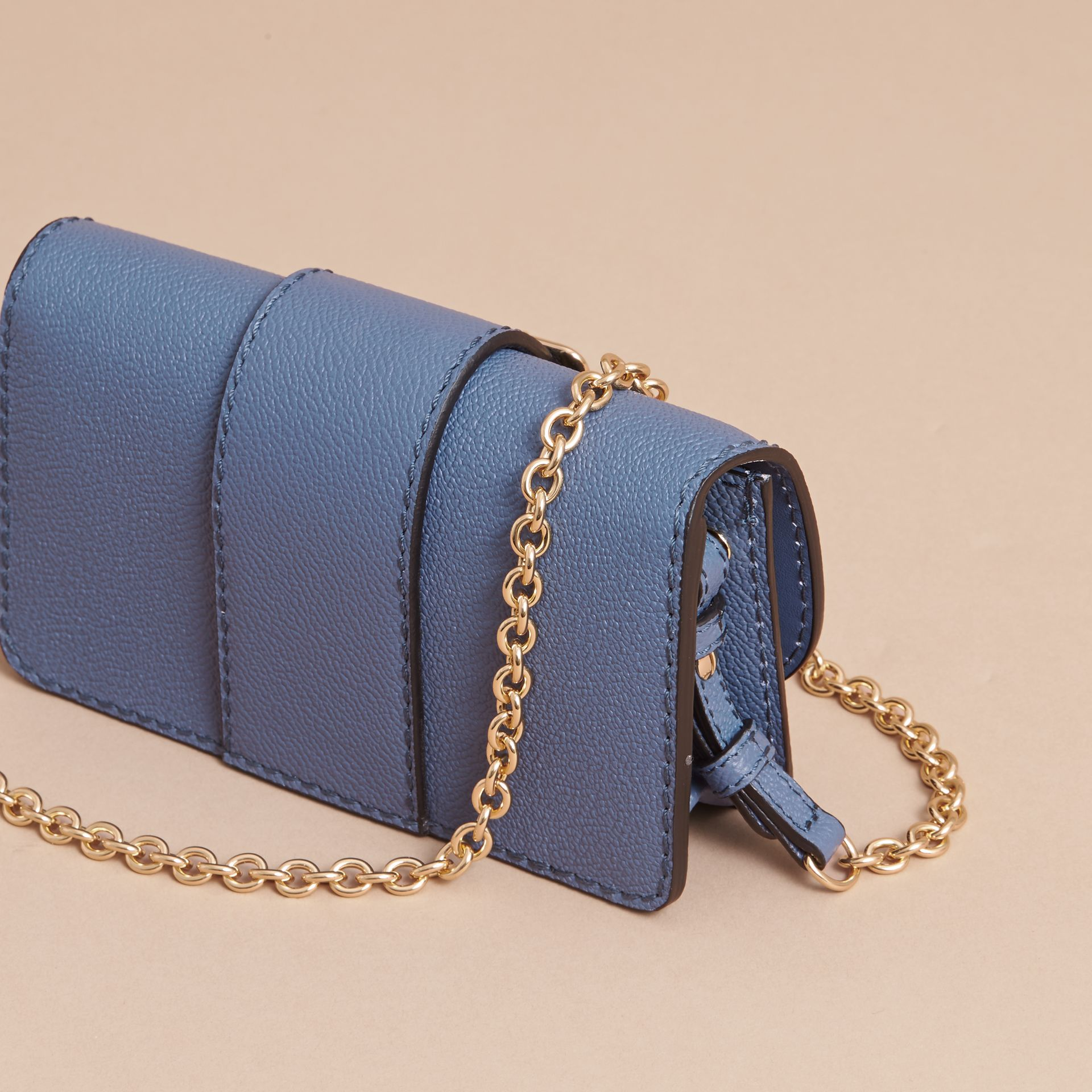 Mini sac The Buckle en cuir grainé (Bleu Acier) - Femme | Burberry - photo de la galerie 3