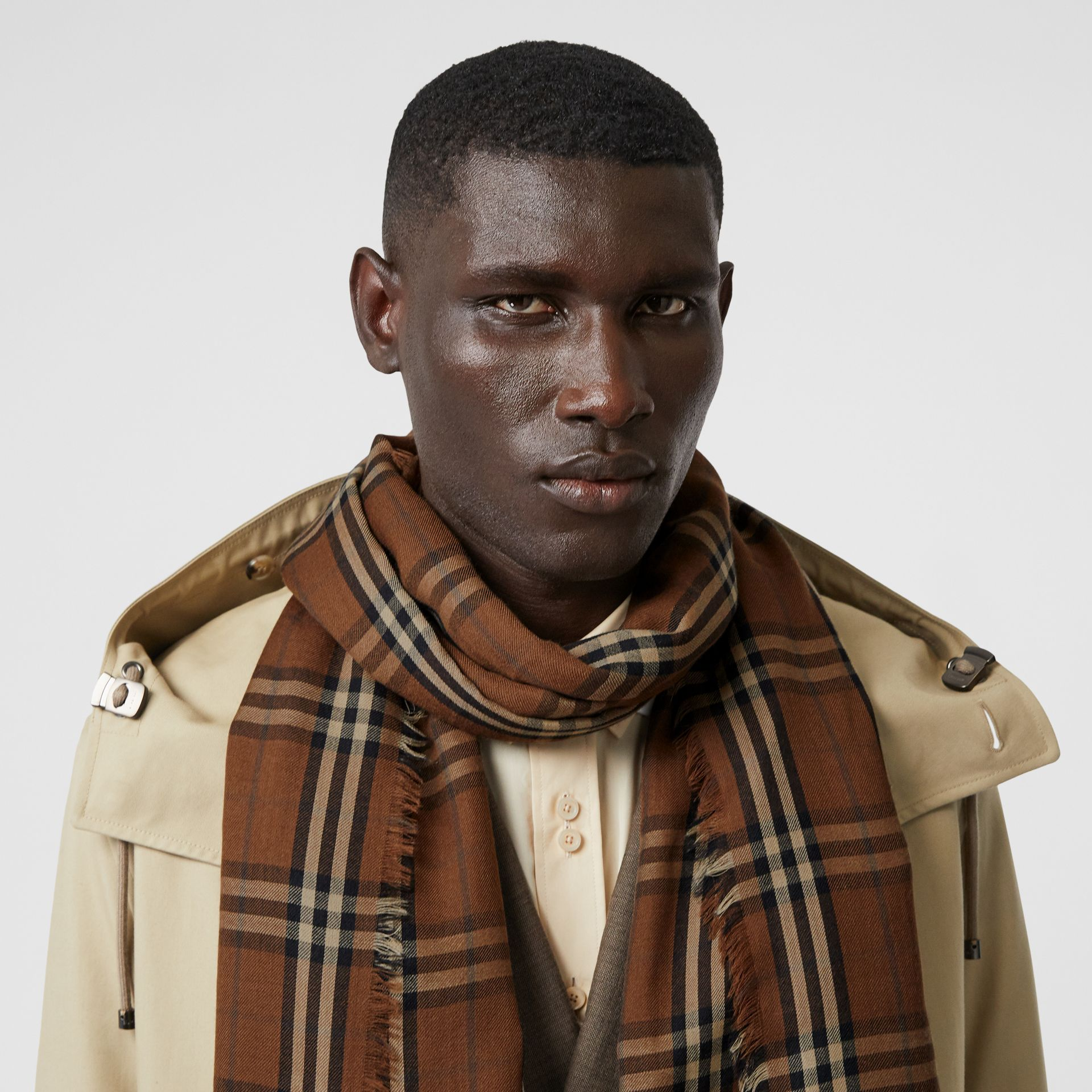 Vintage Check Lightweight Cashmere Scarf in Bridle Brown | Burberry Singapore - gallery image 3