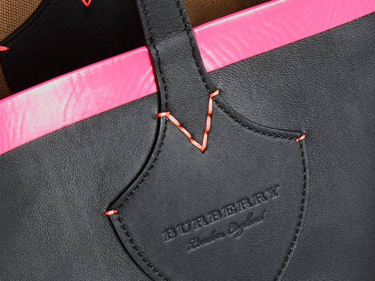 The Medium Giant Reversible Tote in Canvas and Leather in Black/neon Pink | Burberry - cell image 1