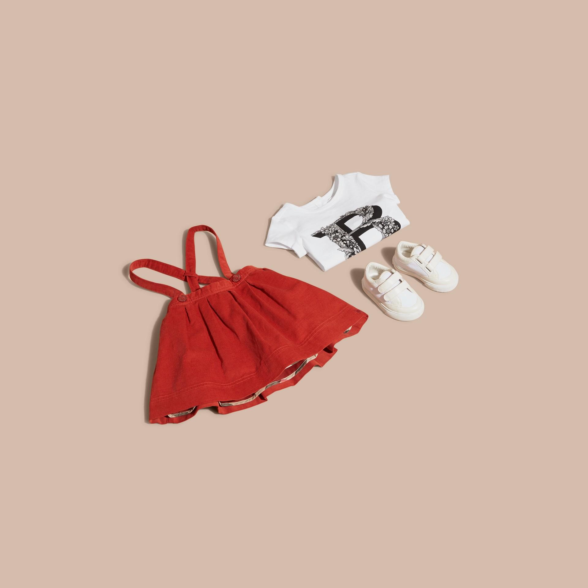 Rosa ceniza pálido Camiseta en algodón con motivo de letra ornamental - imagen de la galería 5