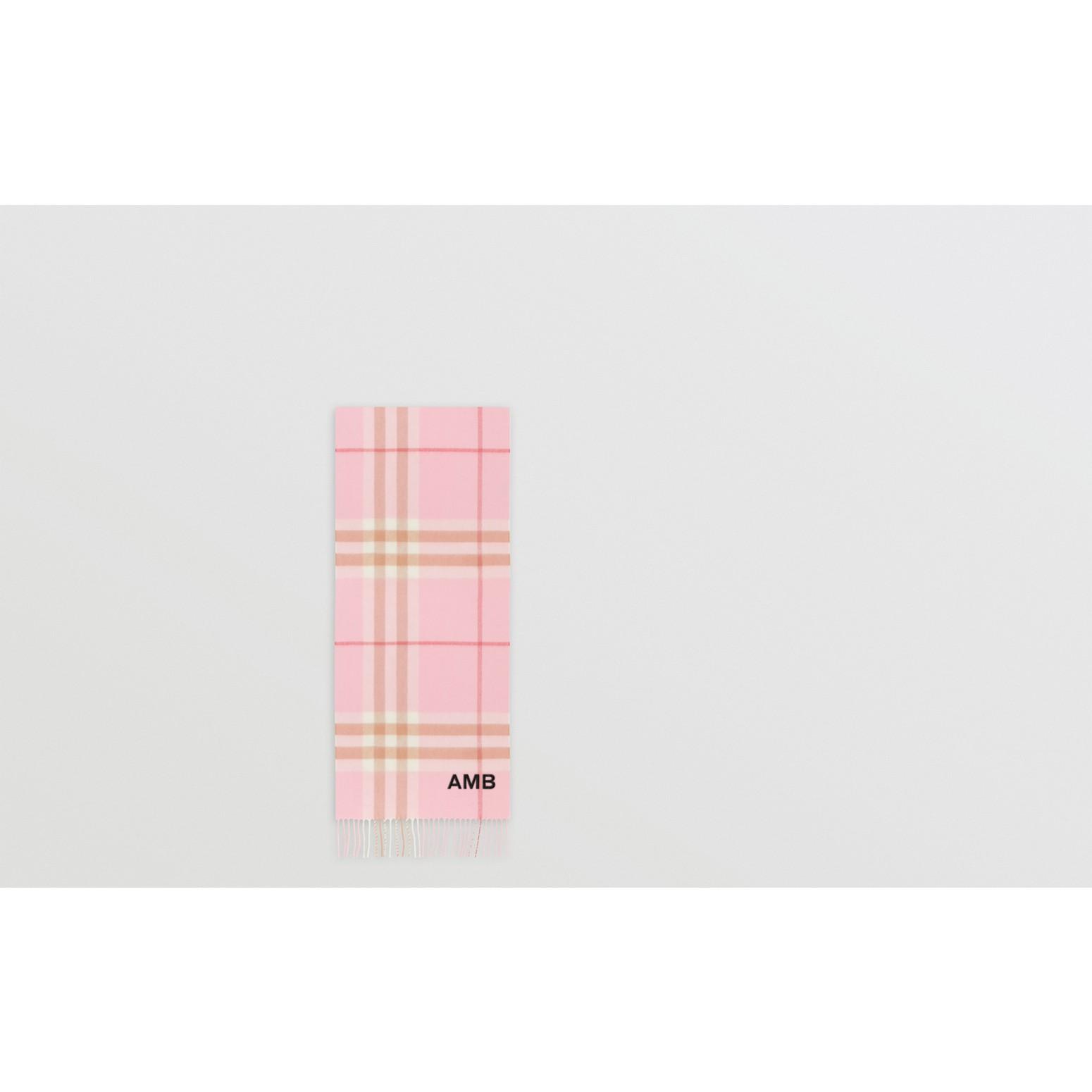 經典格紋喀什米爾圍巾 (糖果粉紅) | Burberry - 圖庫照片 1