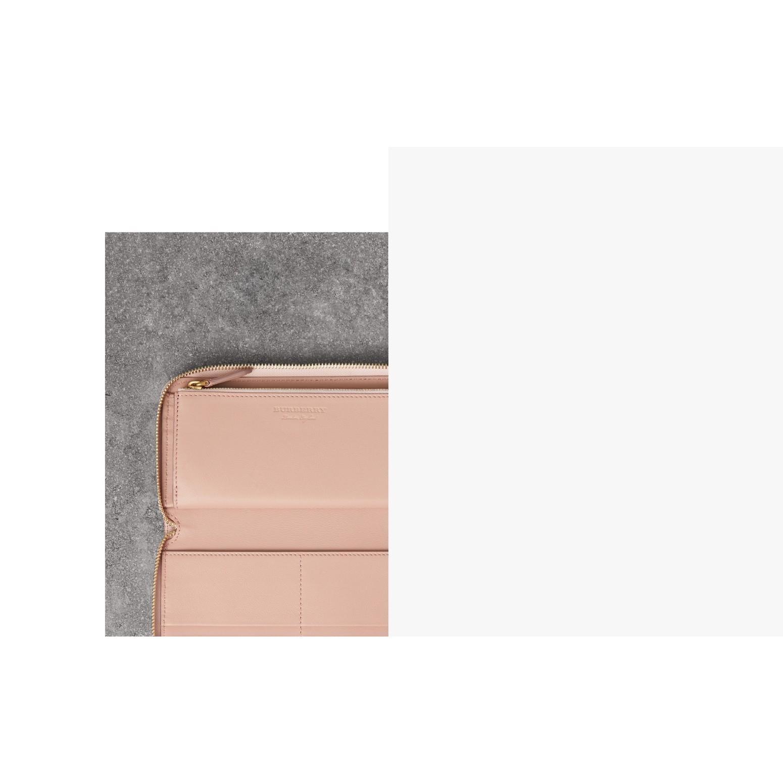 Brieftasche aus Leder mit umlaufendem Reißverschluss und Prägedetail (Helles Aschrosa) | Burberry - Galerie-Bild 1