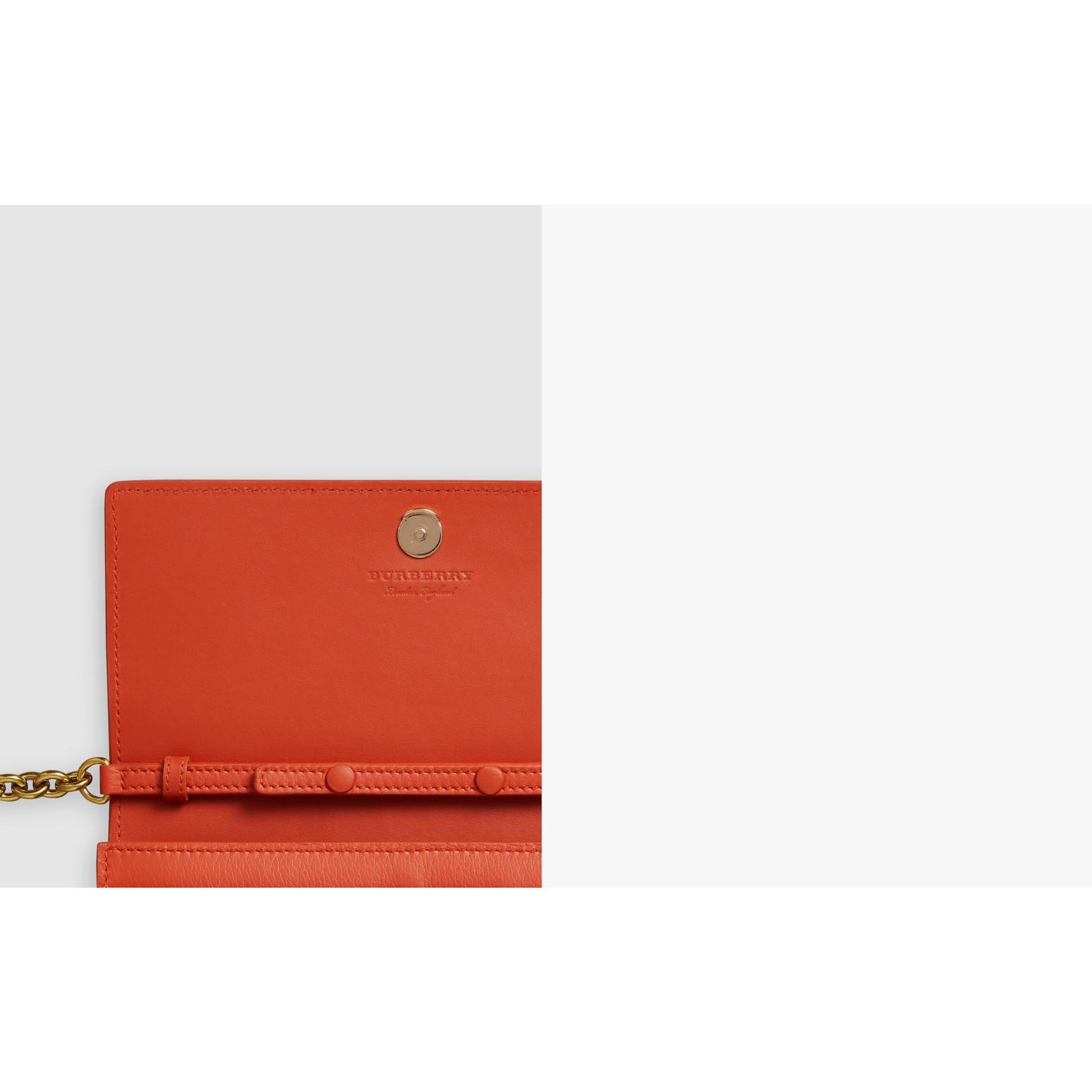 Carteira de couro com bordado e corrente (Clementina Escuro) - Mulheres   Burberry - galeria de imagens 1