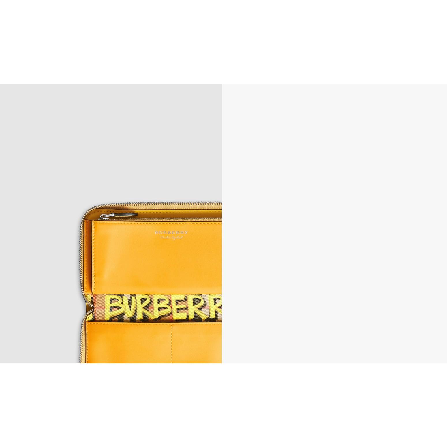 Portefeuille zippé en cuir à motif Vintage check et graffiti (Jaune) - Femme | Burberry Canada - photo de la galerie 1