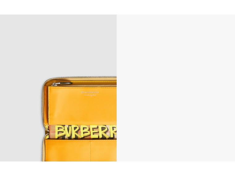 Portefeuille zippé en cuir à motif Vintage check et graffiti (Jaune) - Femme | Burberry Canada - cell image 1