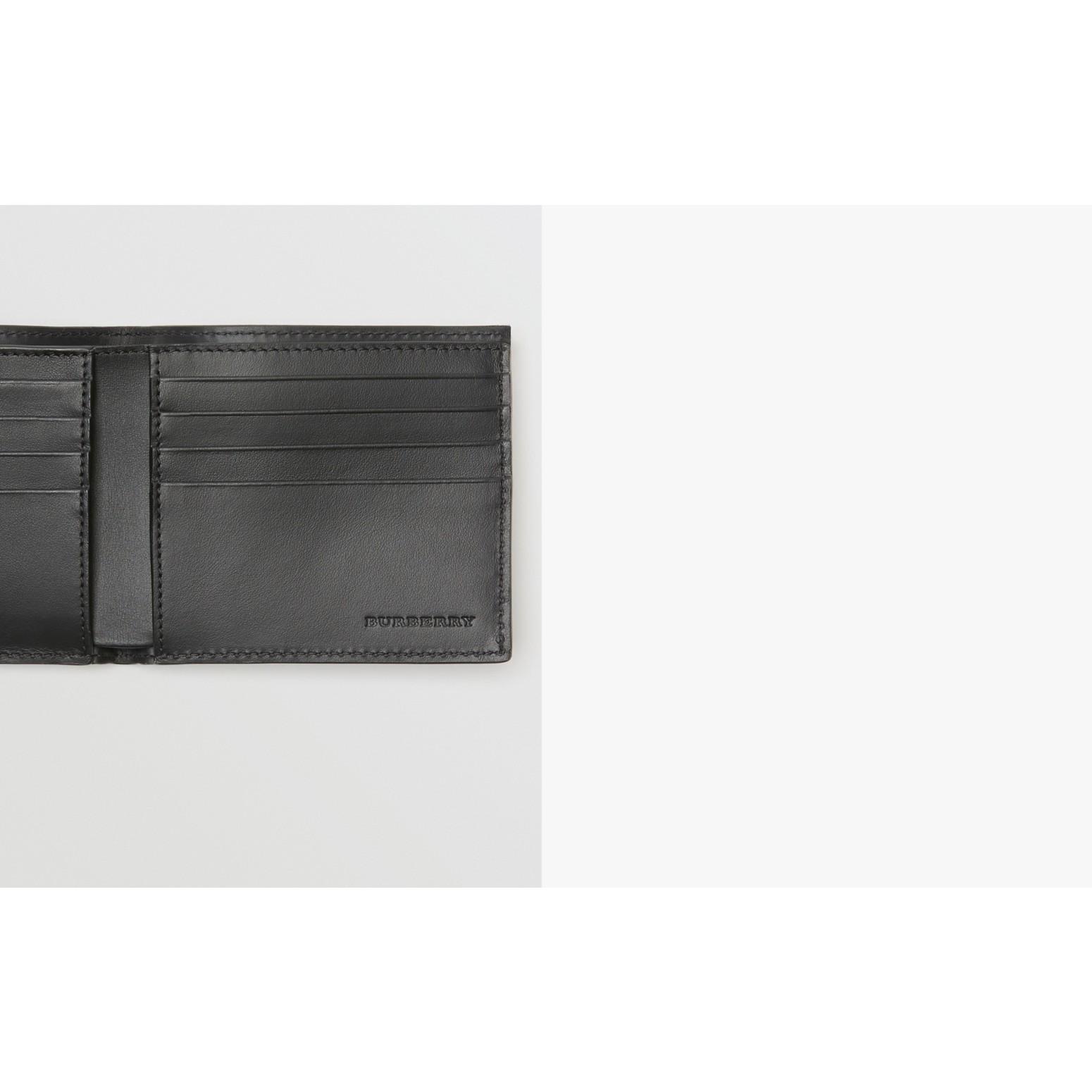 Carteira dobrável de couro com detalhe em xadrez perfurado – Internacional (Preto) - Homens | Burberry - galeria de imagens 1