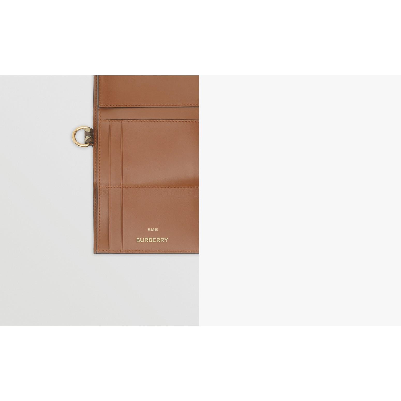 Petit portefeuille à rabat en toile écologique Monogram (Brun Bride) - Homme | Burberry - photo de la galerie 1