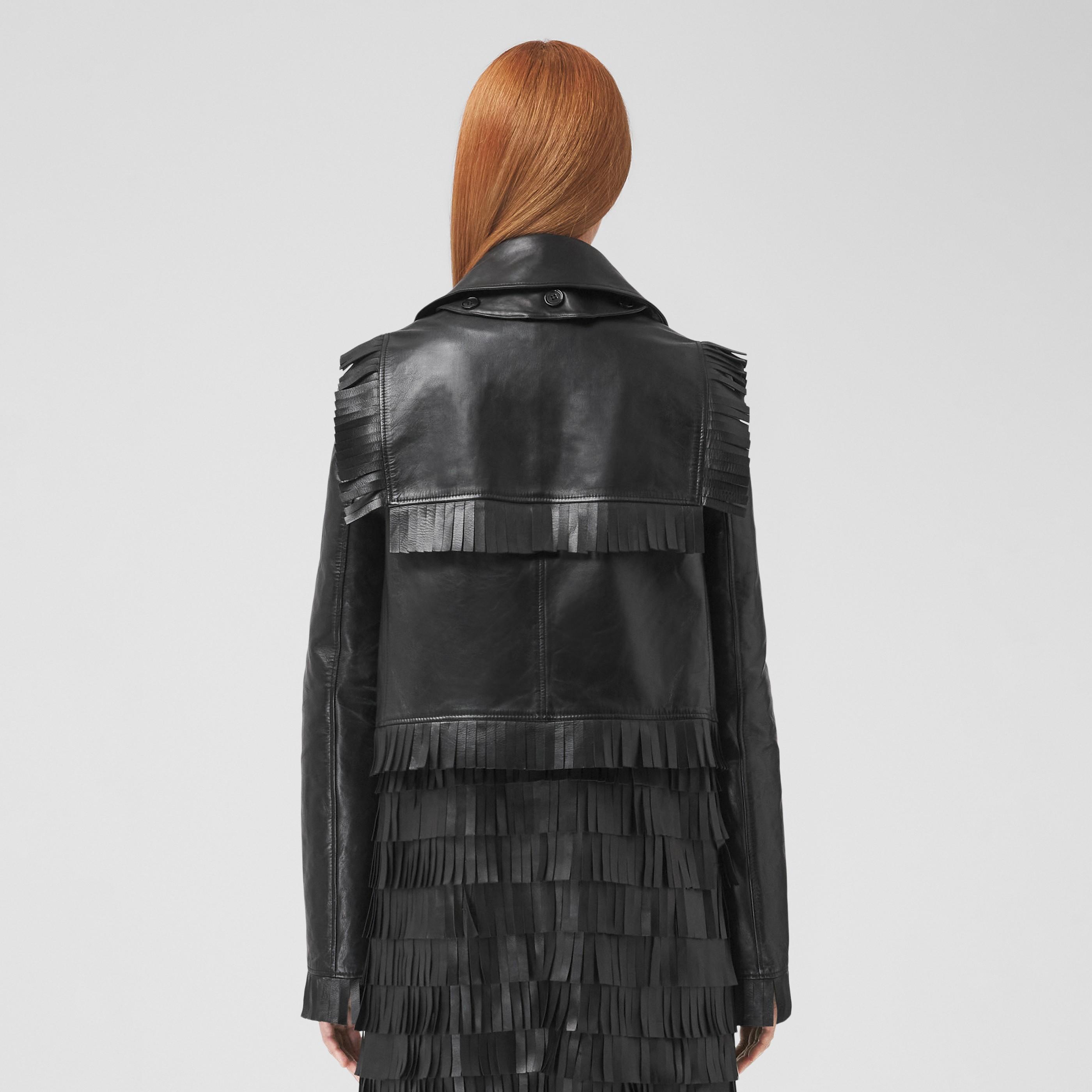 Trench coat cropped in pelle di agnello plongé con frange (Nero) - Donna   Burberry - 3