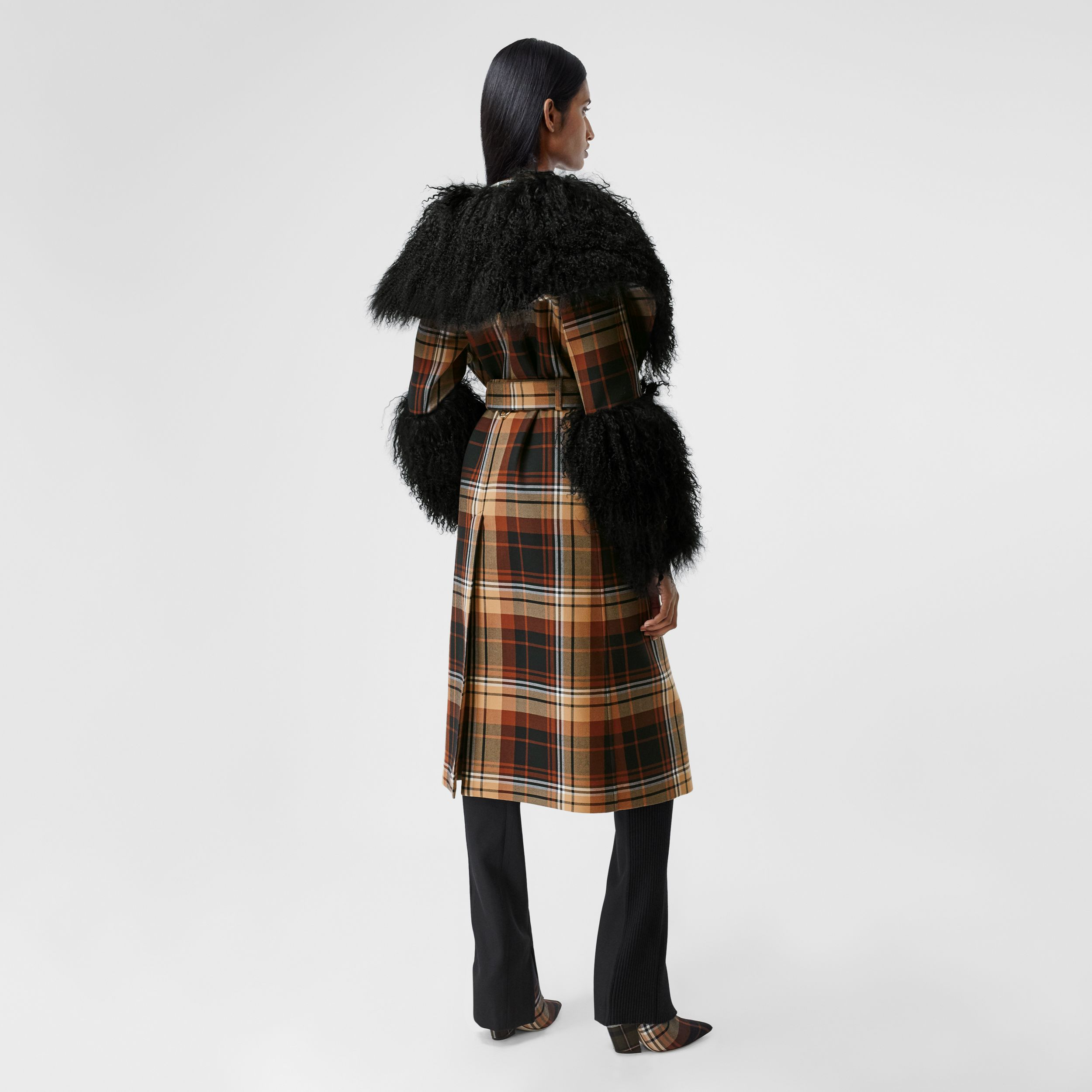 Trench coat in lana con motivi tartan a contrasto e finiture in shearling (Nero/arancione) - Donna | Burberry - 3