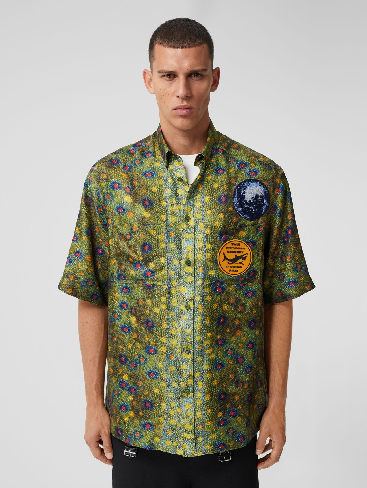 Short-sleeve Graphic Appliqué Fish-scale Print Shirt in Olive