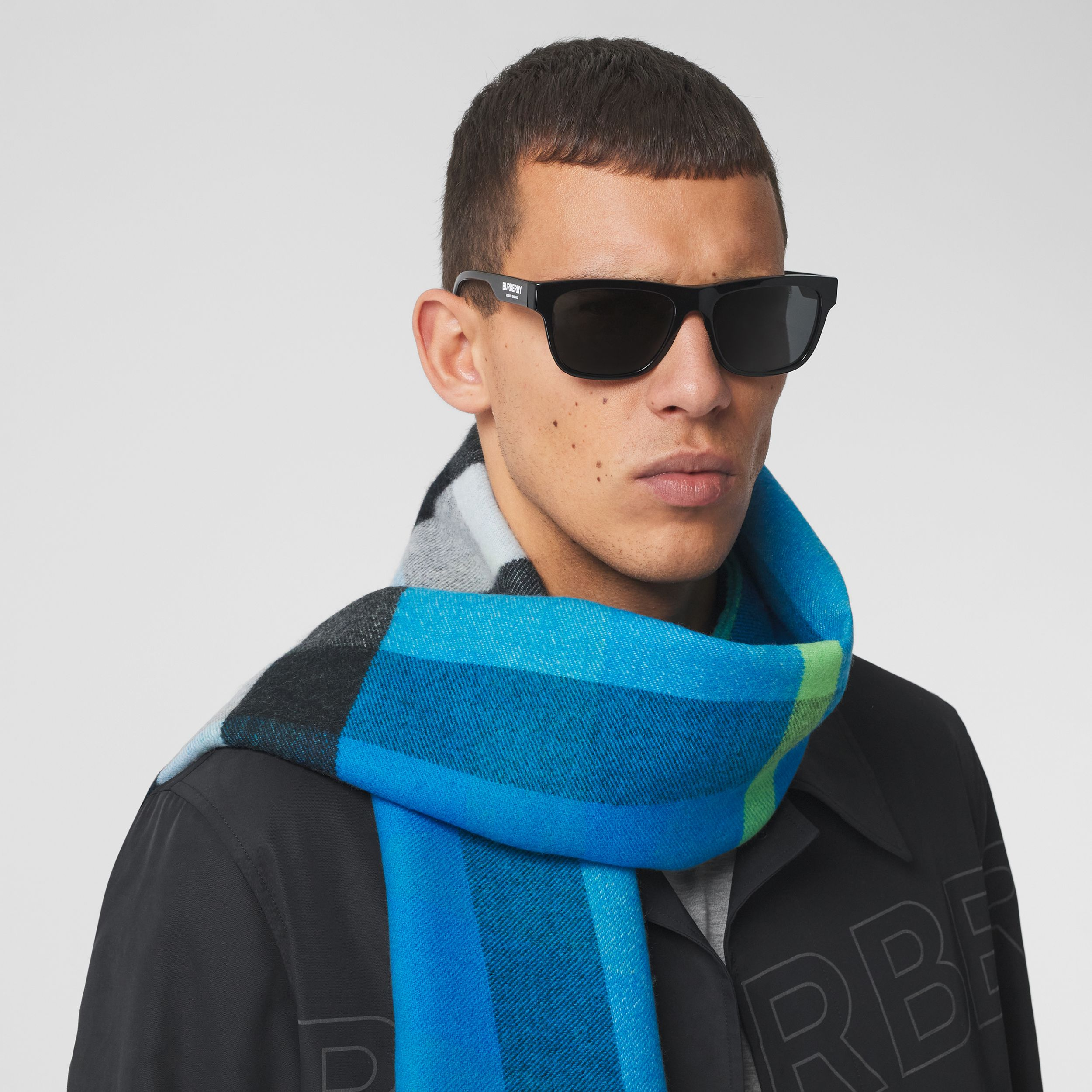 Reversible Check and Logo Cashmere Scarf in Azure Blue | Burberry United Kingdom - 4