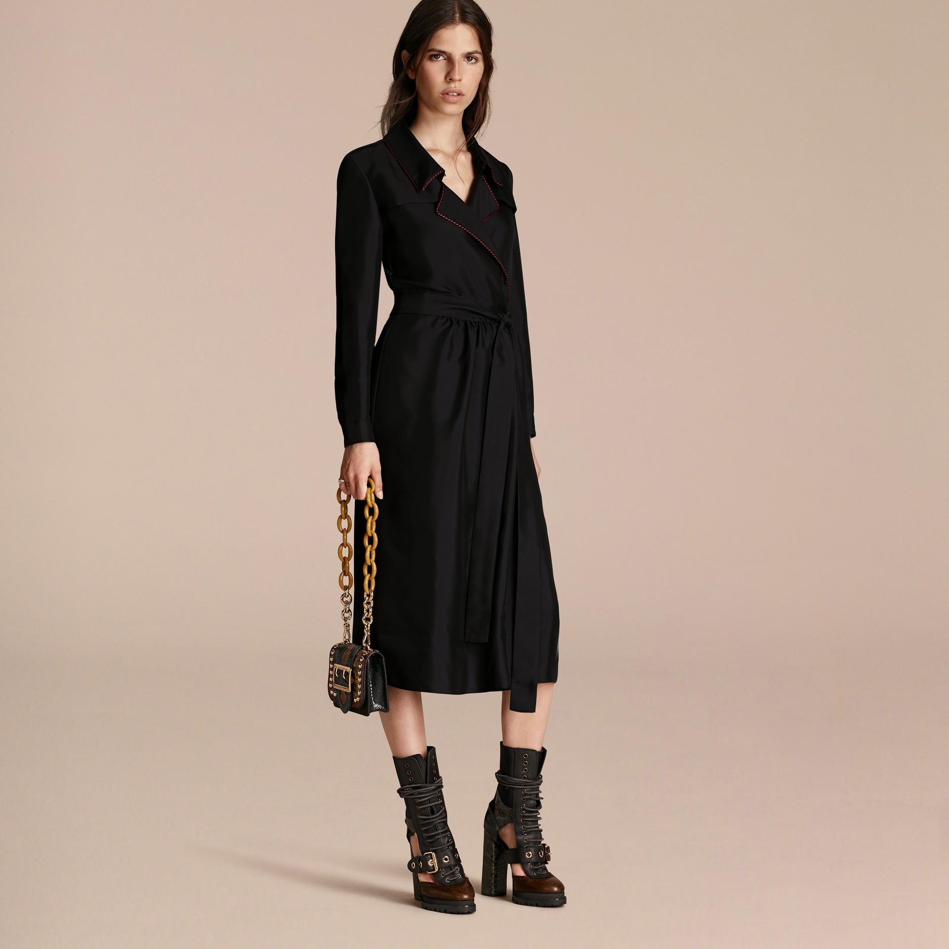 Preto Vestido Trench estilo wrap de seda com debrum militar - galeria de imagens 7