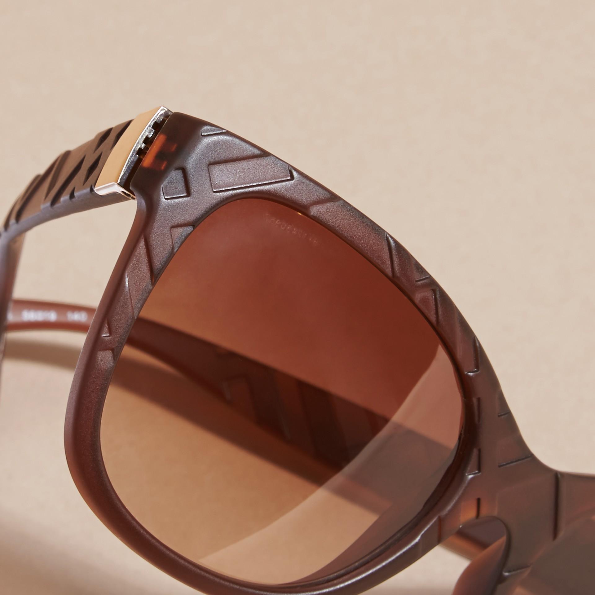 Braun Sonnenbrille mit eckigem Gestell und Check-Detail in 3D Braun - Galerie-Bild 2