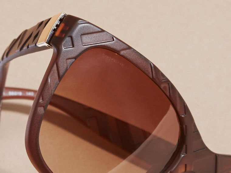 Braun Sonnenbrille mit eckigem Gestell und Check-Detail in 3D Braun - cell image 1