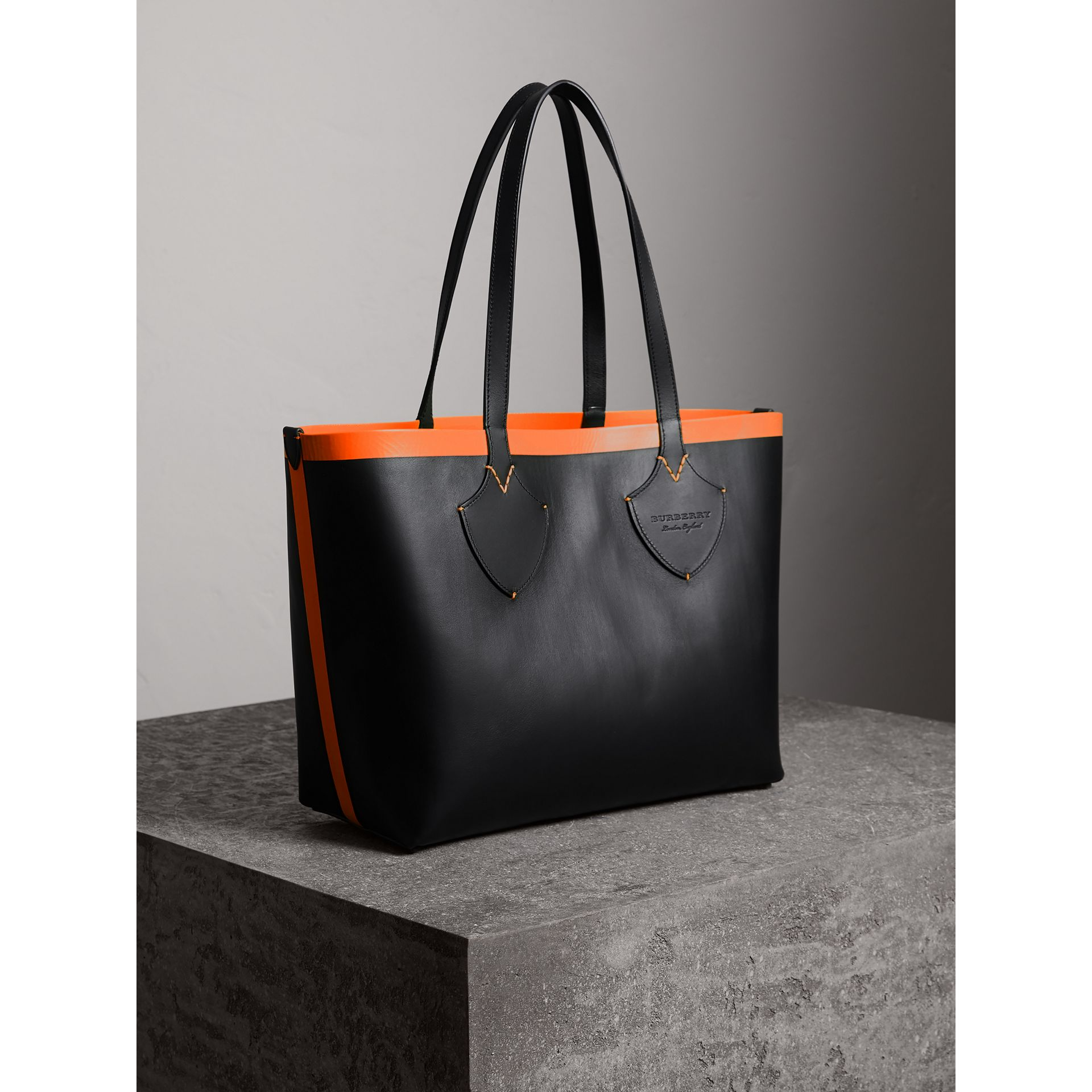 Sac tote The Giant moyen réversible en toile et en cuir (Noir/orange Néon) | Burberry - photo de la galerie 3