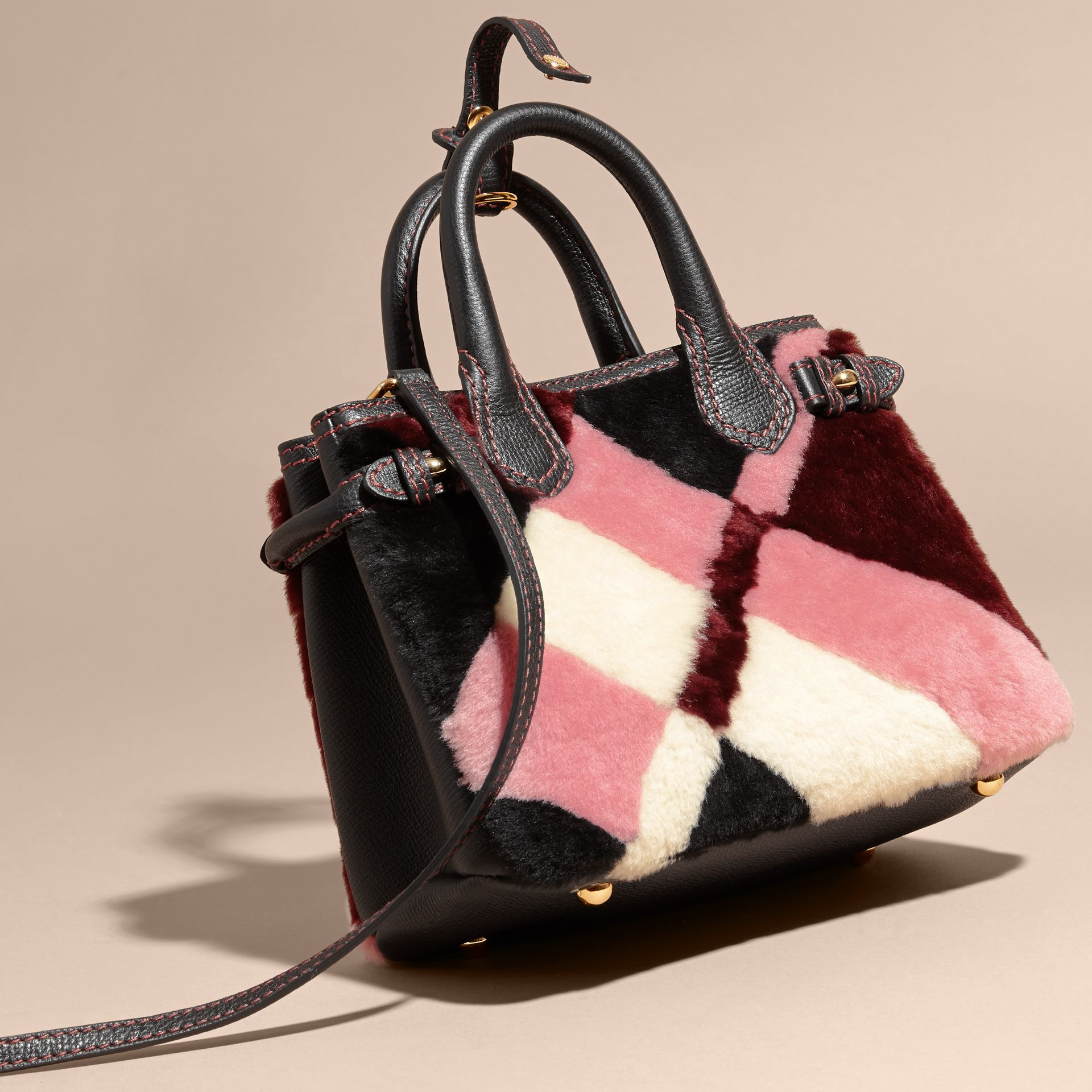 Borsa The Baby Banner in pelle con motivo tartan in patchwork di shearling (Rosa) - Donna | Burberry - immagine della galleria 4