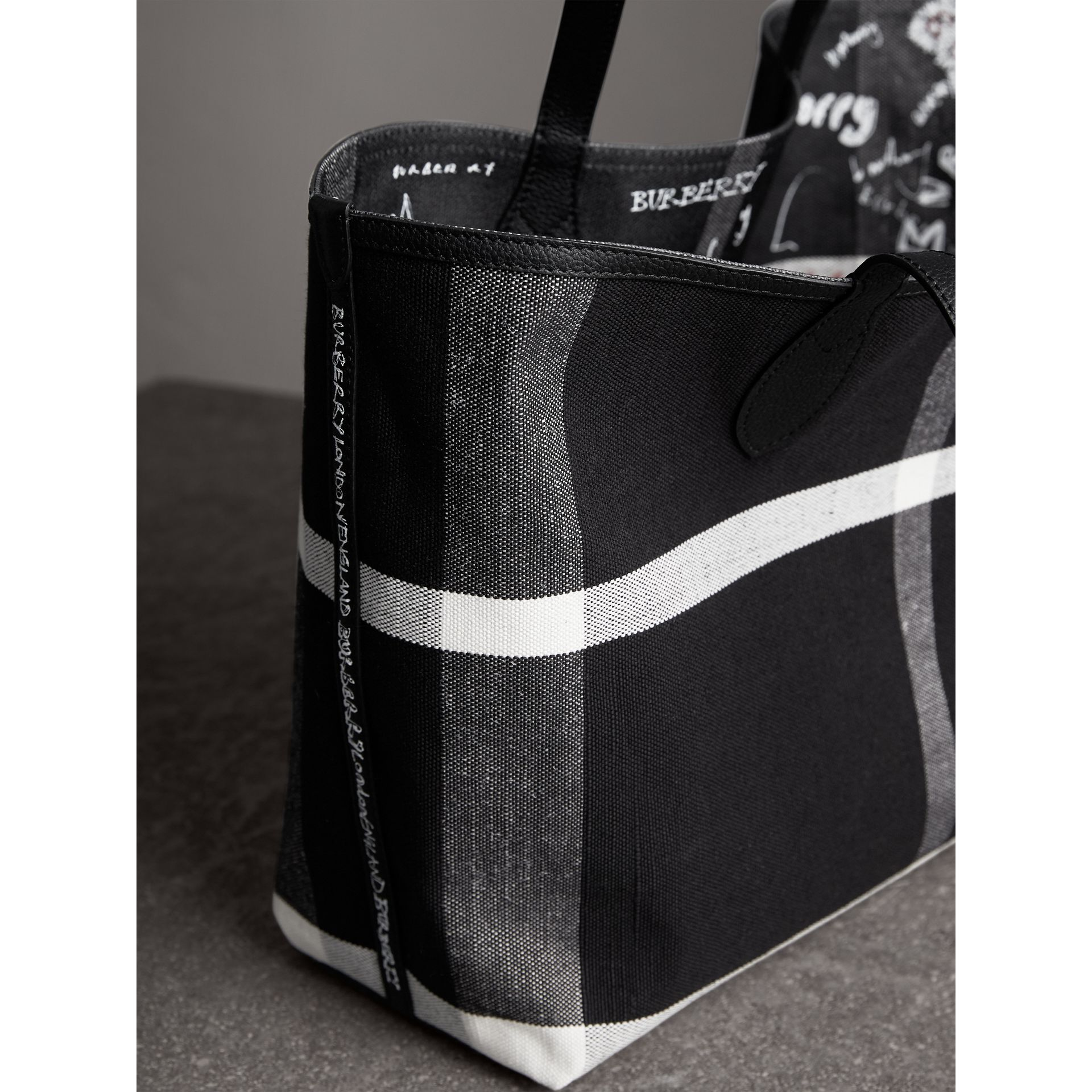 Sac tote Doodle moyen réversible (Noir) | Burberry - photo de la galerie 1
