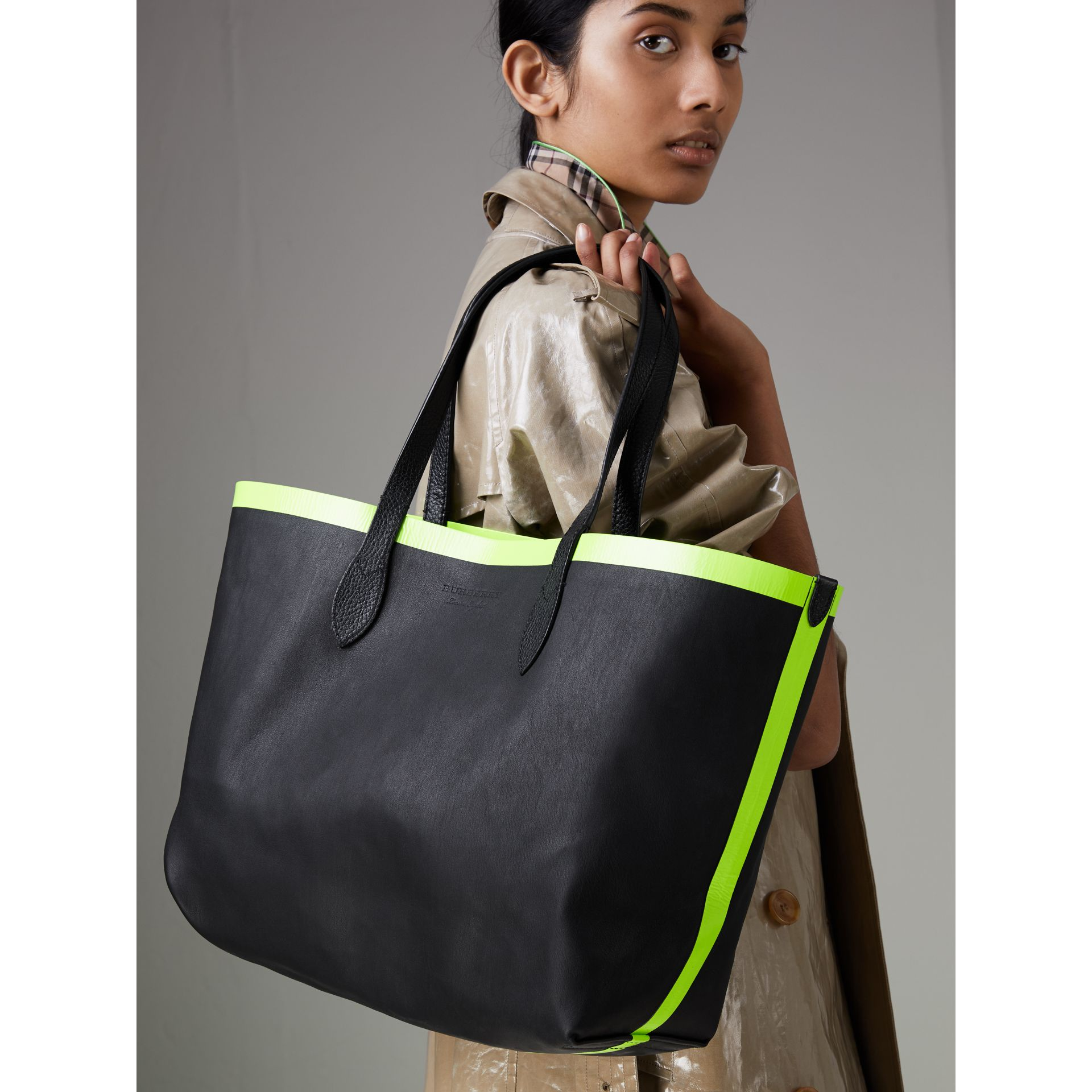 The Medium Giant Reversible Tote in Canvas and Leather in Black/neon Yellow | Burberry - gallery image 3