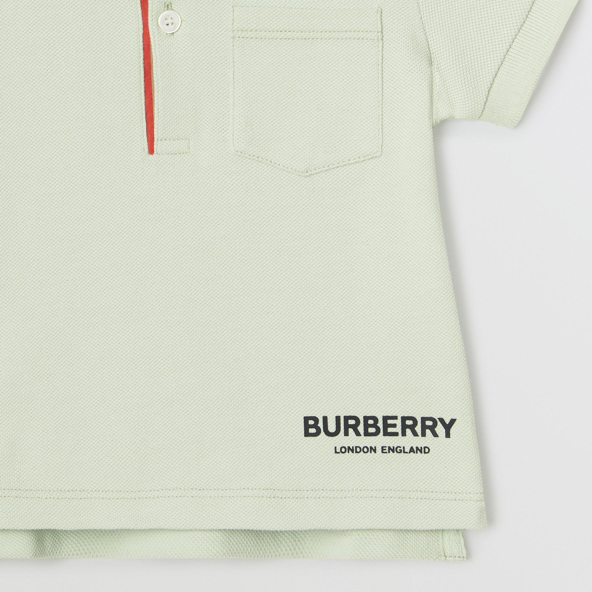 Polo in cotone piqué con iconico motivo a righe sulla paramontura (Menta Pallido) - Bambino | Burberry - immagine della galleria 4