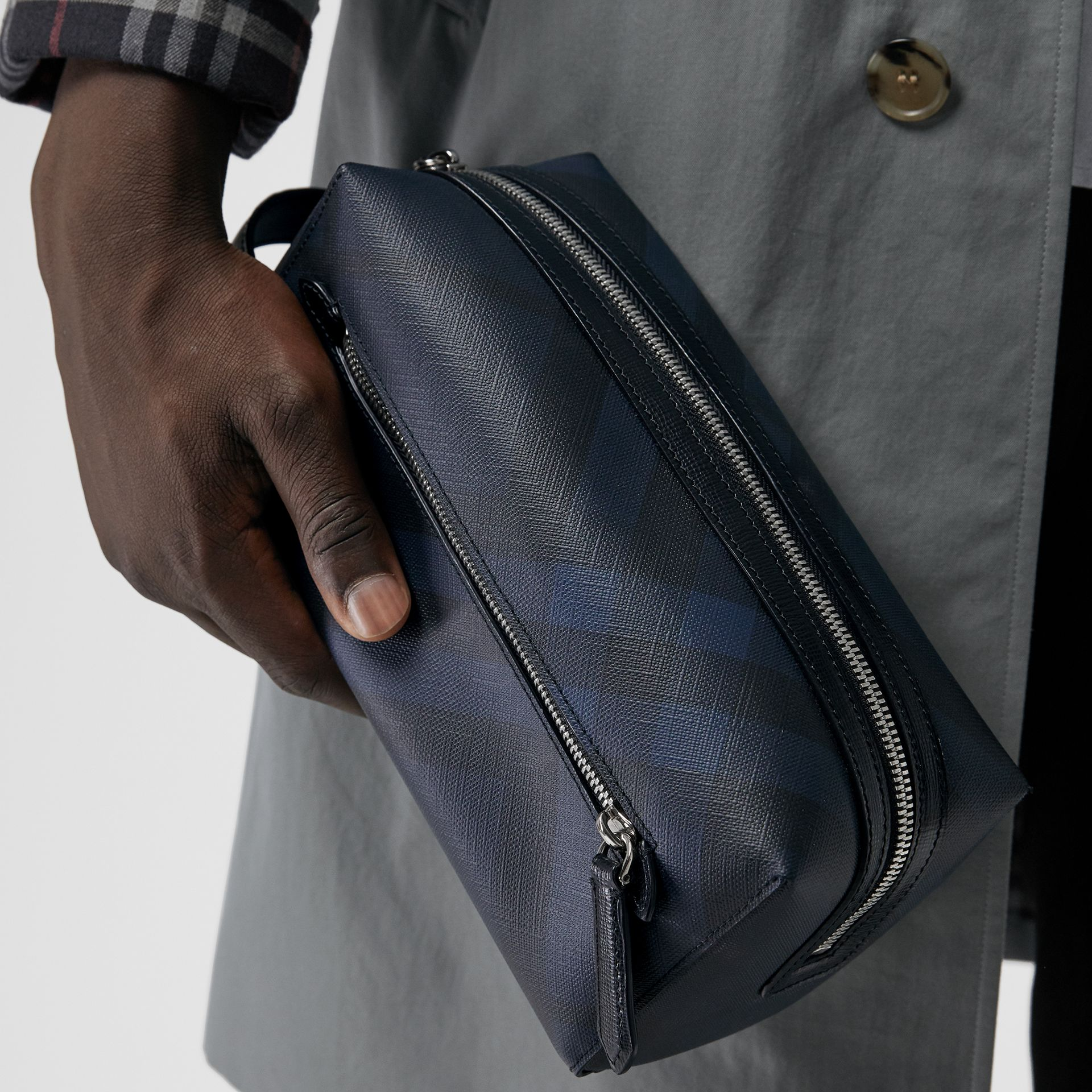 Trousse con pelle e motivo London check (Navy/nero) | Burberry - immagine della galleria 3