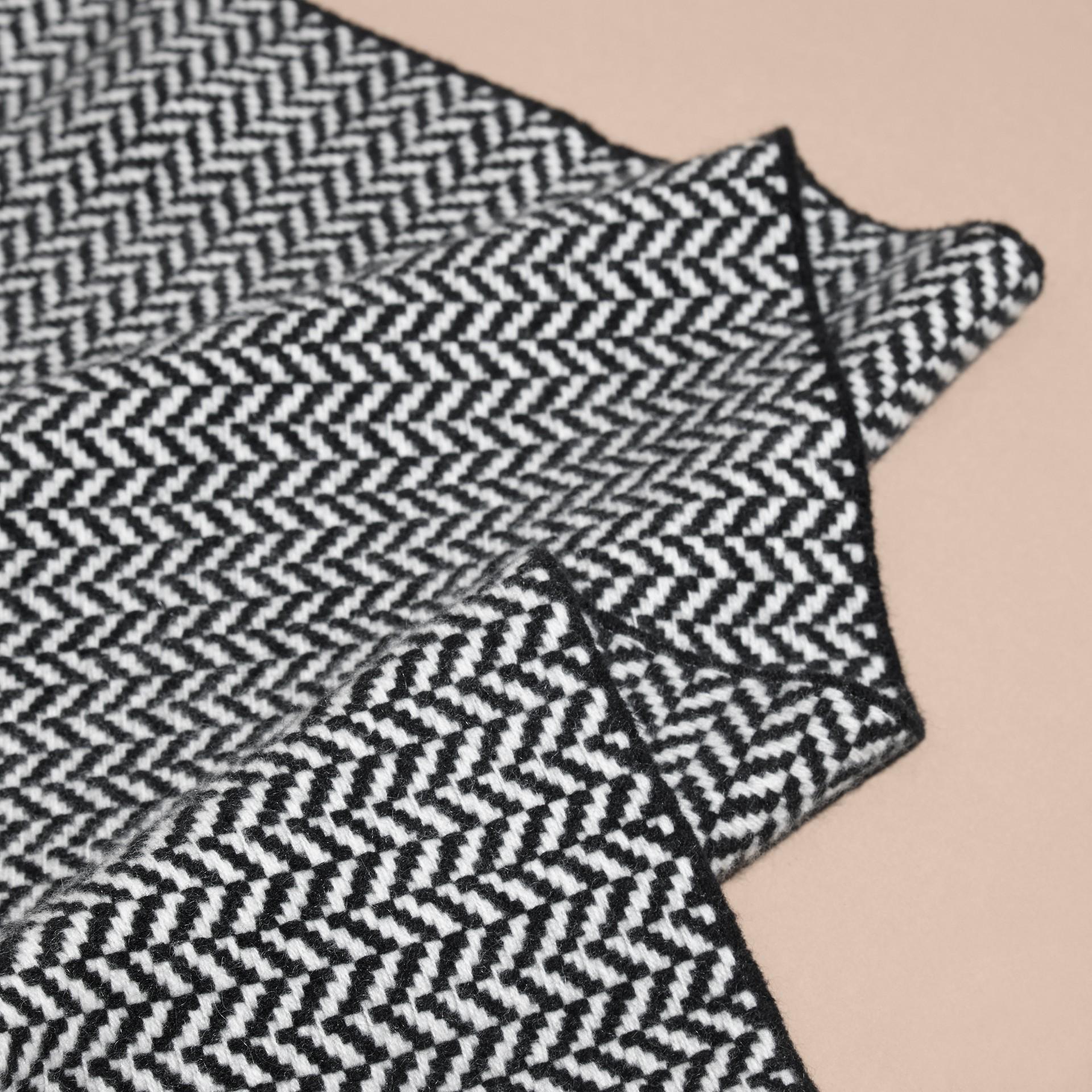 ブラック/ホワイト チャンキーヘリンボーン ウールカシミア スカーフ - ギャラリーイメージ 2
