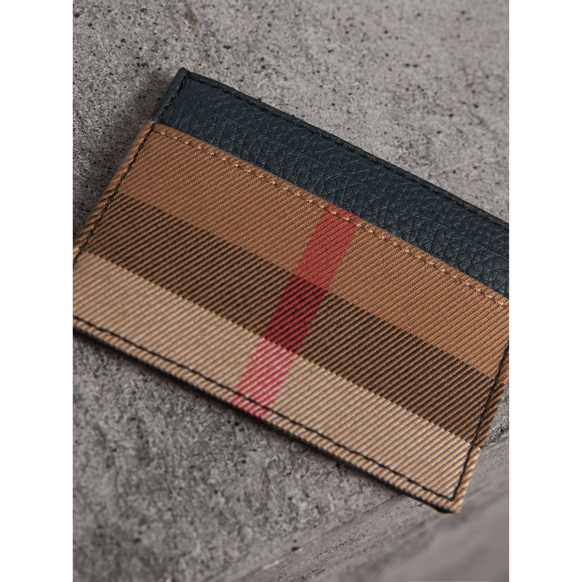 Porte-cartes en cuir grainé et coton House check (Bleu Orage) | Burberry - photo de la galerie 3