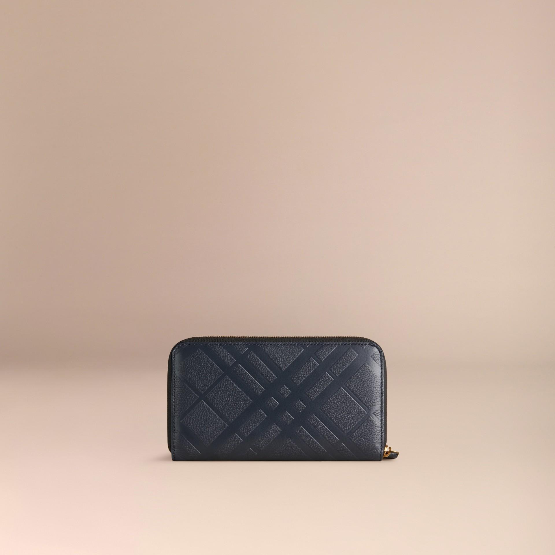 Azul estanho escuro Carteira de couro com zíper em toda a volta e padrão xadrez em relevo Azul Estanho Escuro - galeria de imagens 3