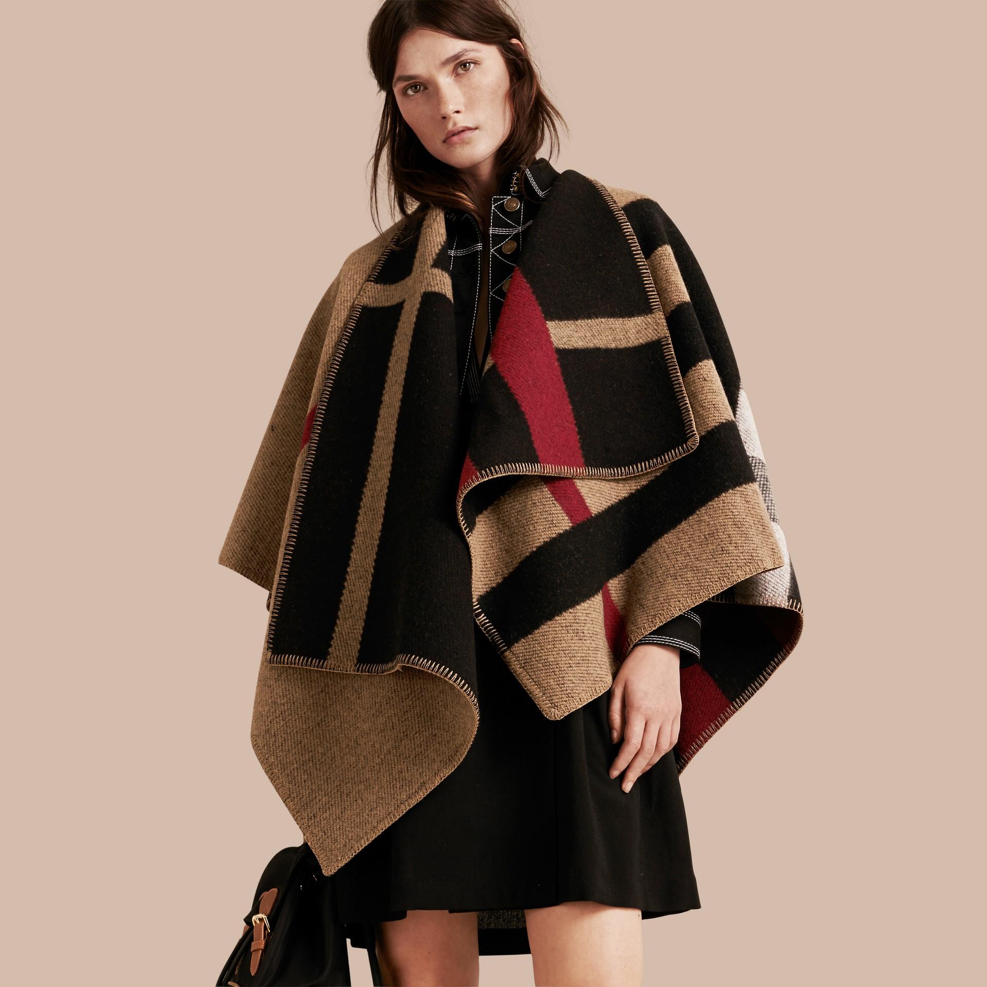 House check/noir Poncho plaid en laine et cachemire à motif check - photo de la galerie 1