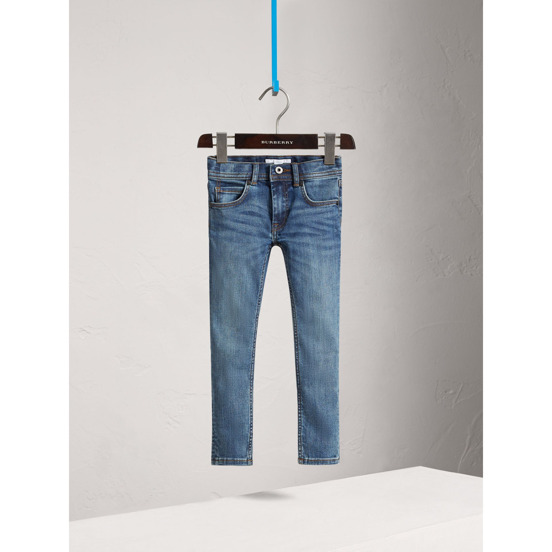 Jeans attillati in denim stretch (Indaco Medio) - Bambina | Burberry - immagine della galleria 0