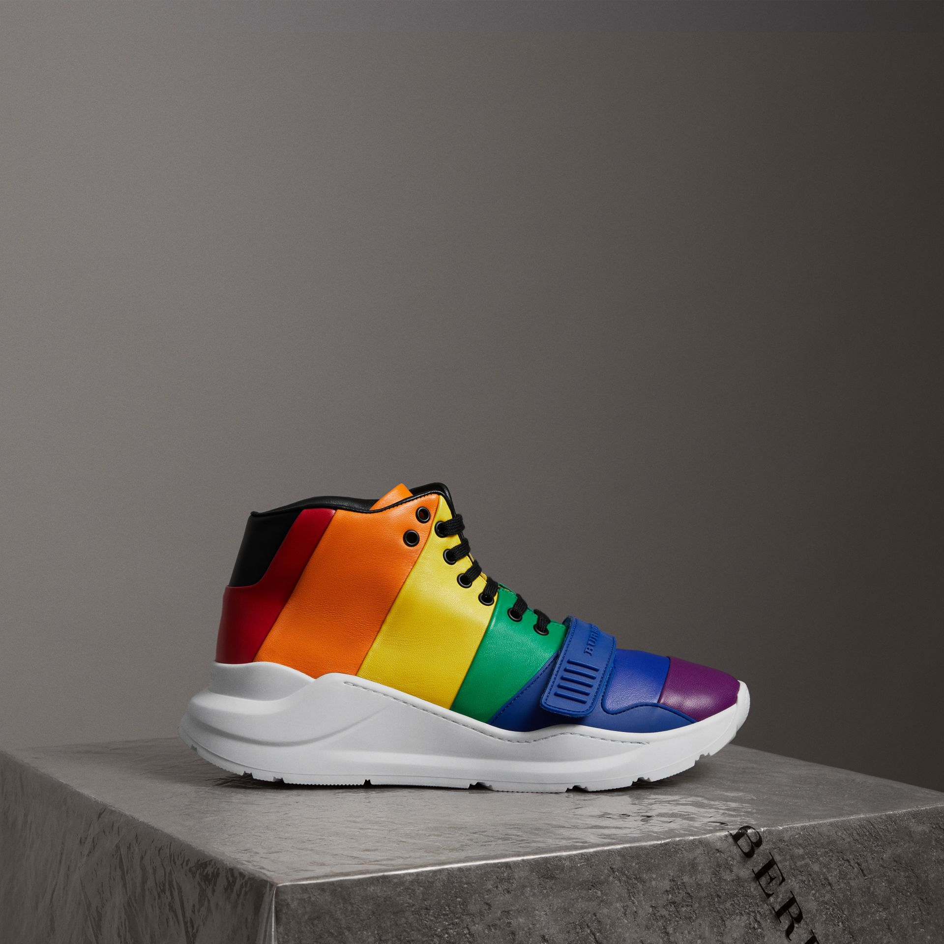 Sneakers montantes en cuir arc-en-ciel | Burberry - photo de la galerie 0