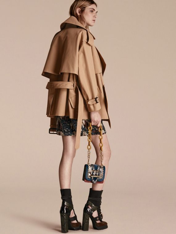 Trench coat corto destrutturato in gabardine di cotone - Donna | Burberry - cell image 2