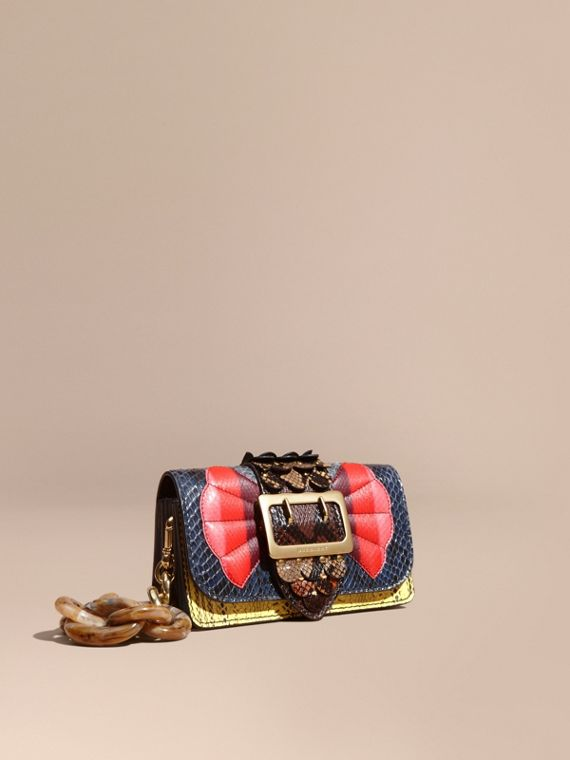 Borsa The Buckle piccola in pelle di serpente con finiture smerlate