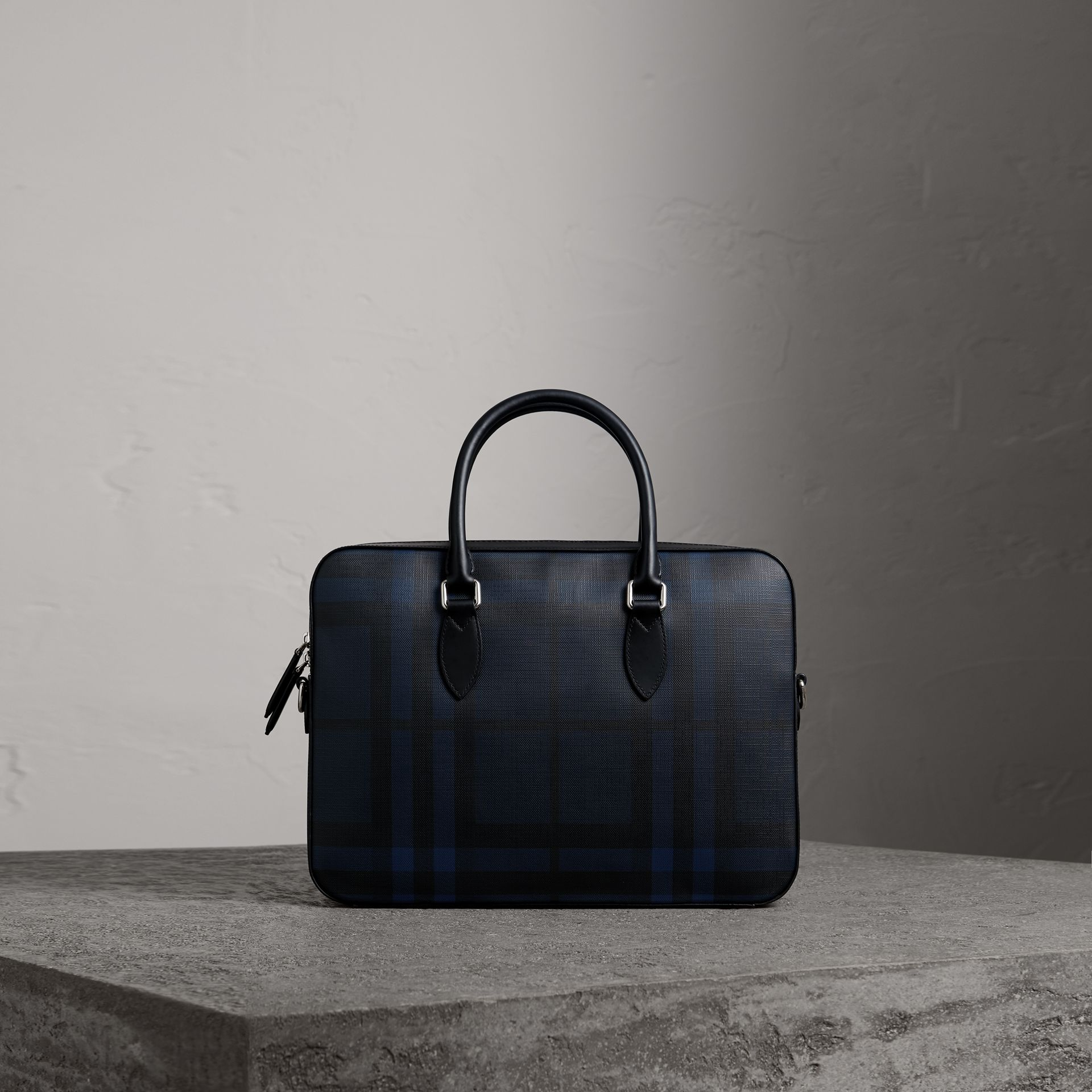 Borsa portadocumenti media con motivo London check e finiture in pelle (Navy/nero) - Uomo | Burberry - immagine della galleria 0
