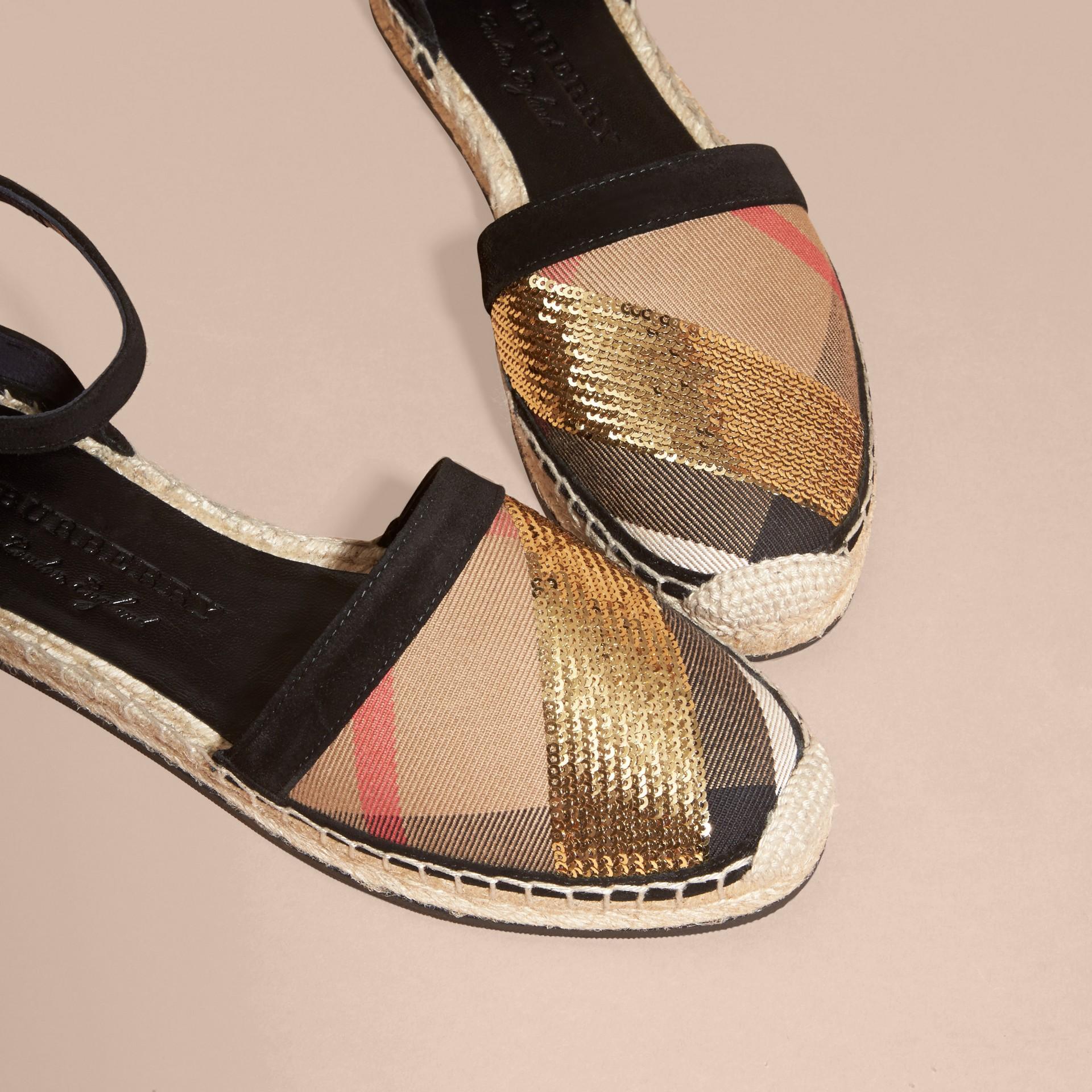 House 格紋/金色 亮片皮革拼 House 格紋麻織涼鞋 格紋/金色 - 圖庫照片 6