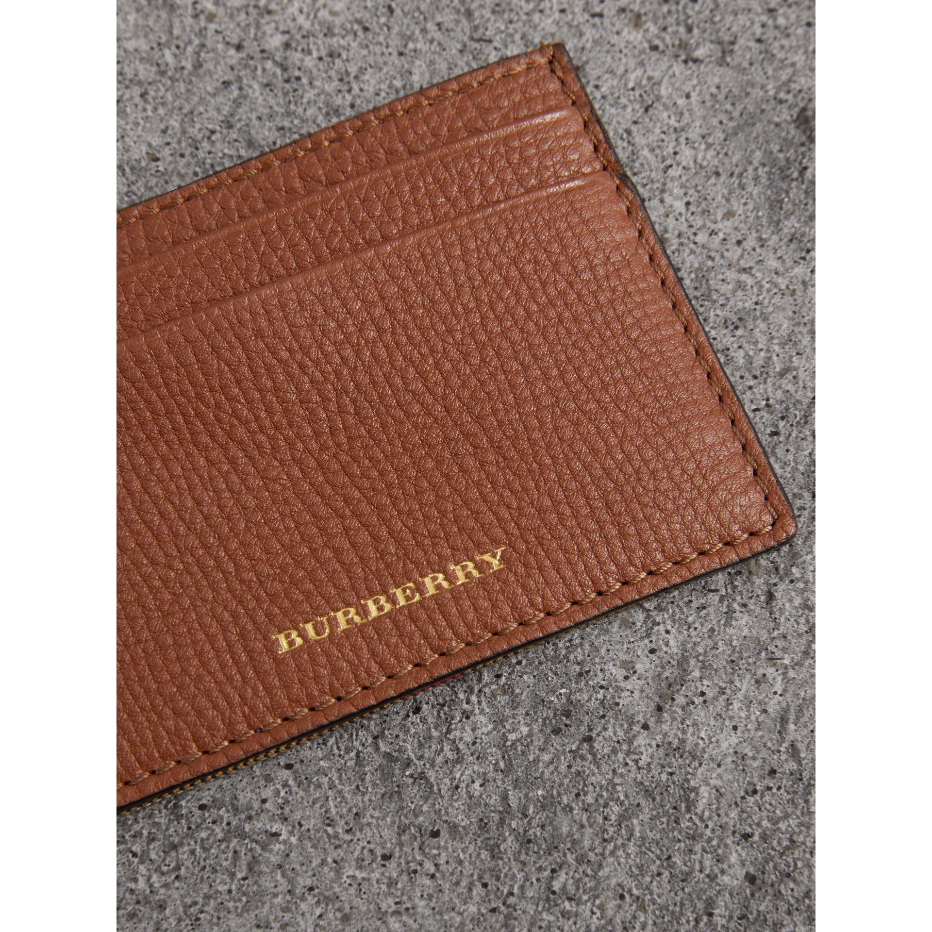 Porte-cartes en coton House check et cuir grainé (Brun Noisette) - Homme | Burberry - photo de la galerie 2