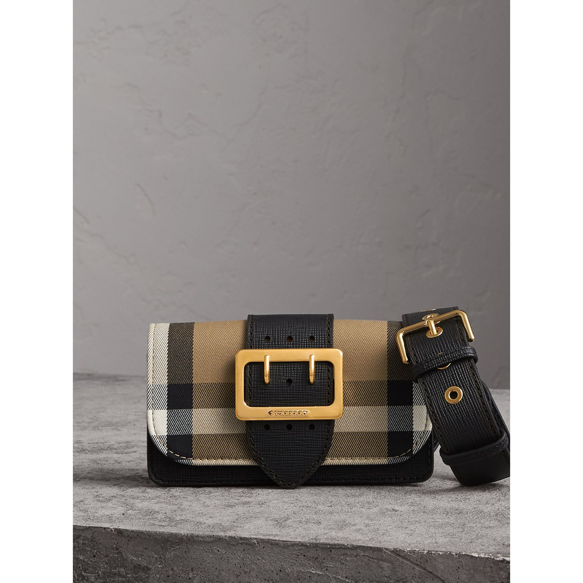 The Small Buckle Bag aus House Check-Gewebe und Leder (Schwarz) - Damen | Burberry - Galerie-Bild 0