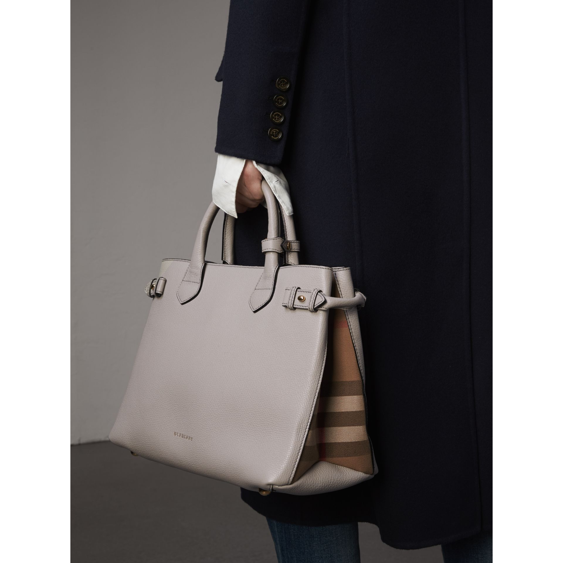 Sac The Banner medium en cuir et coton House check (Camaïeu De Gris Clairs) - Femme | Burberry - photo de la galerie 3