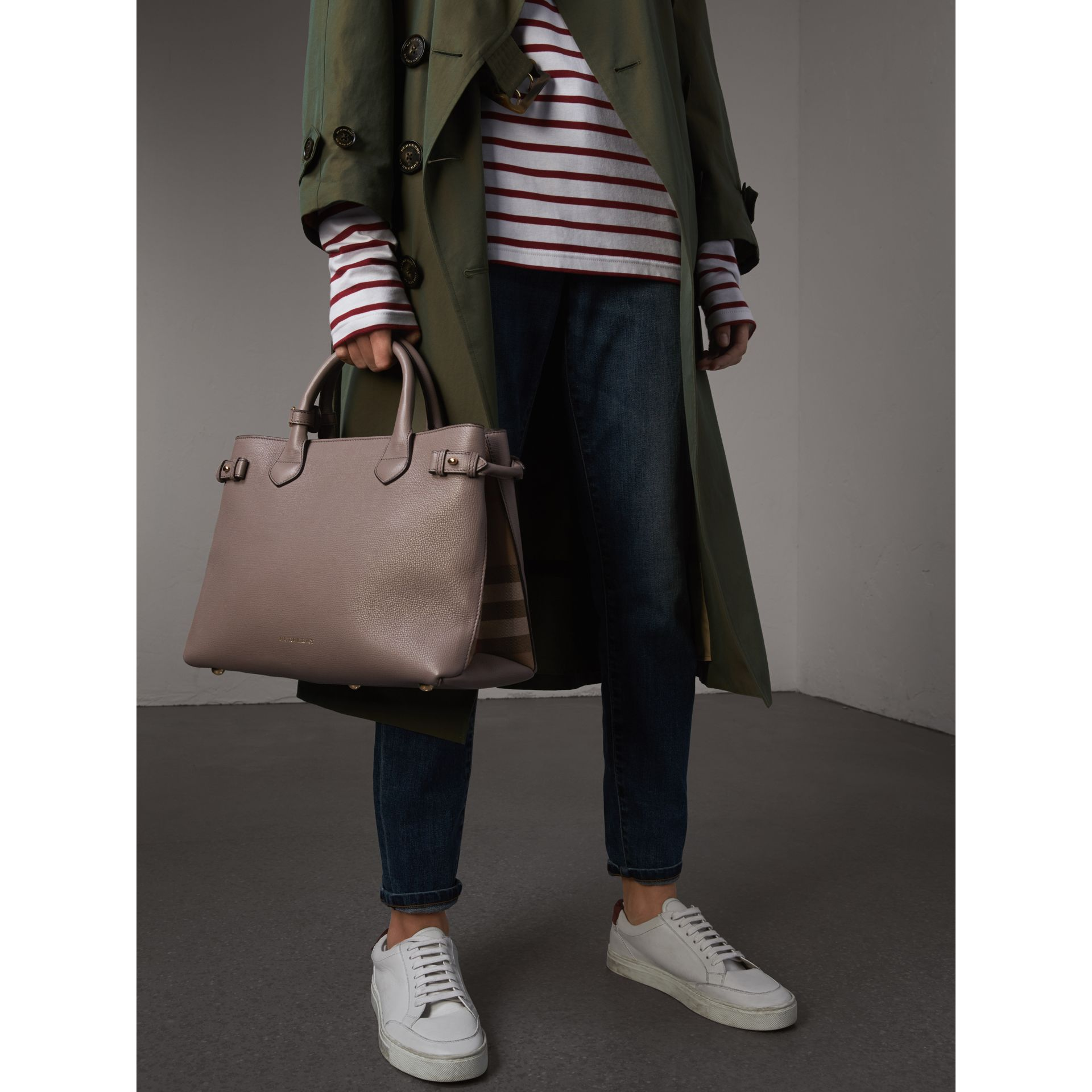 Sac The Banner medium en cuir et coton House check (Gris Chardon) - Femme | Burberry - photo de la galerie 4