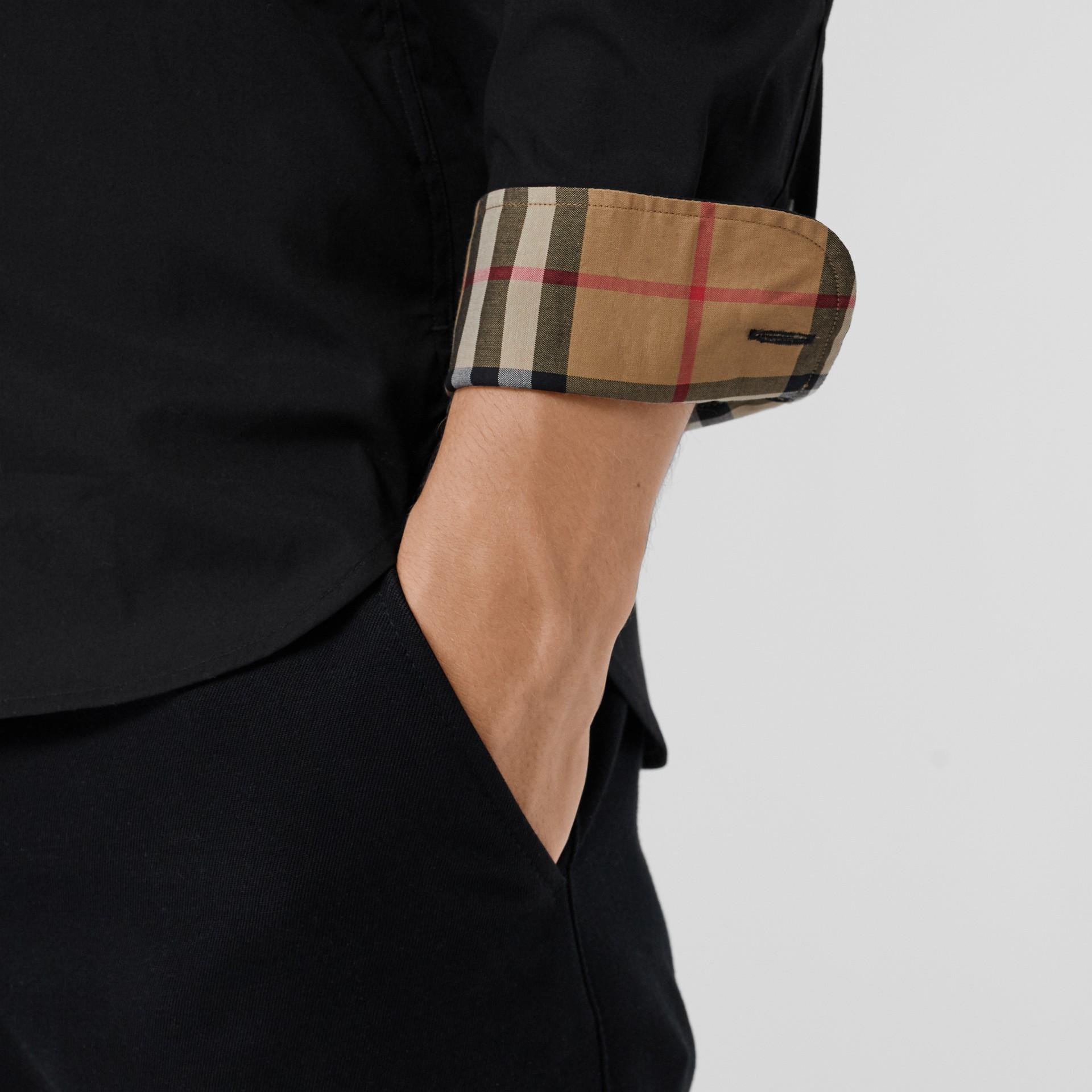 Chemise en popeline de coton extensible avec poignets à motif check (Noir) - Homme | Burberry Canada - photo de la galerie 1