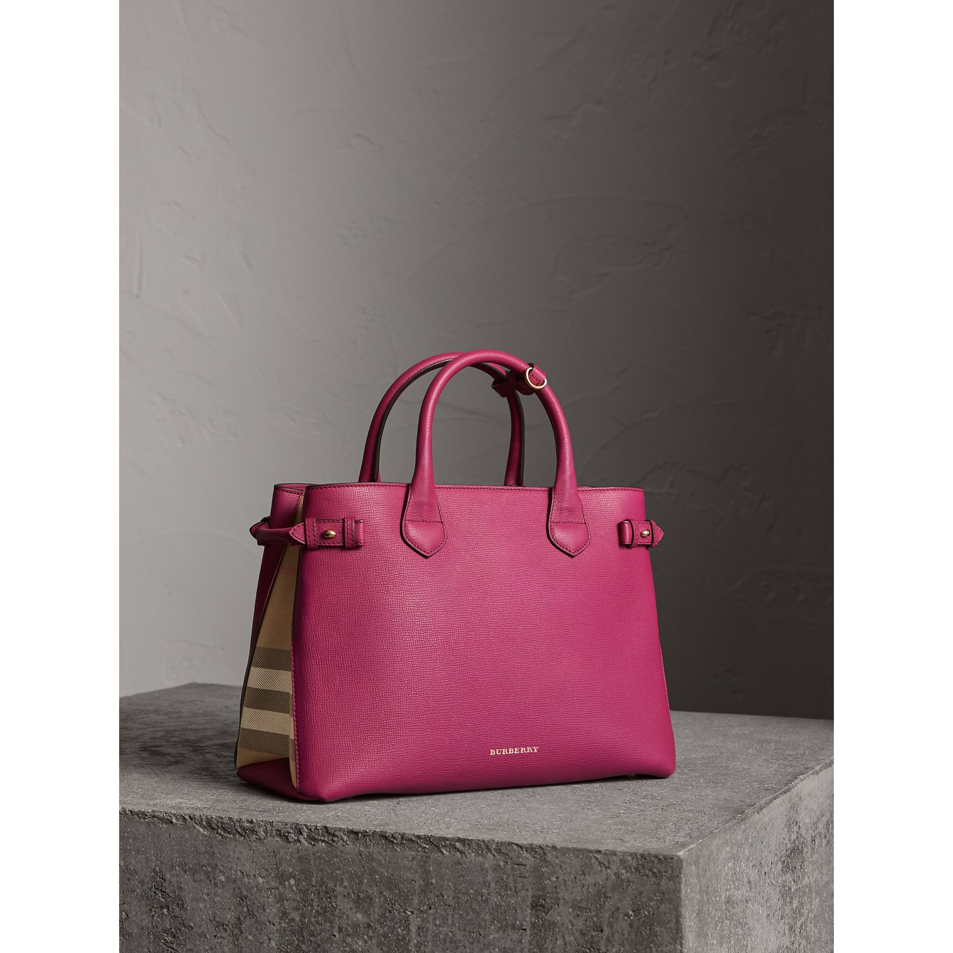 The Banner media in pelle con motivo House check (Fucsia Brillante) - Donna | Burberry - immagine della galleria 1