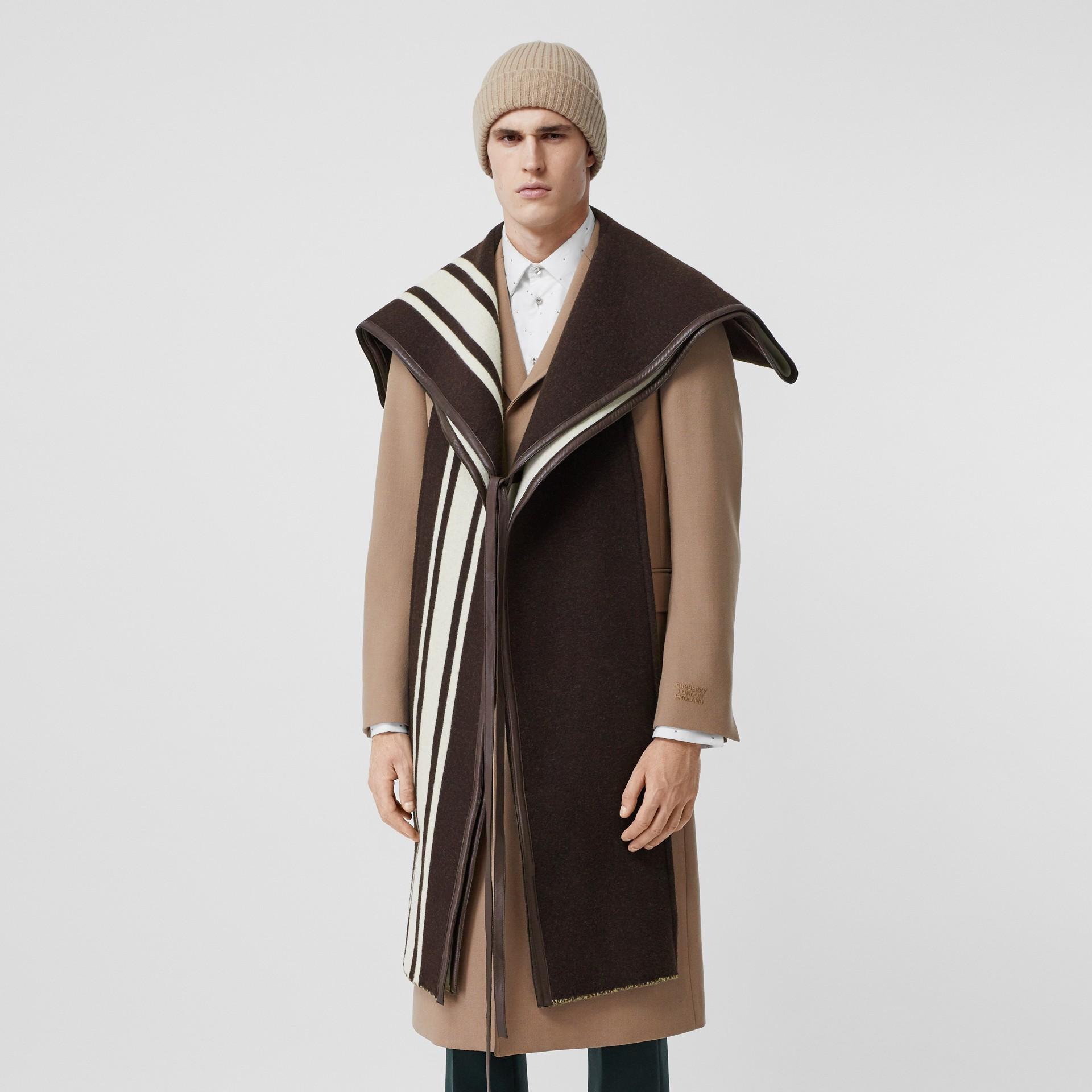 羔羊皮飾帶條紋細節設計羊毛提花披肩 (棕色) - 女款 | Burberry - 圖庫照片 10